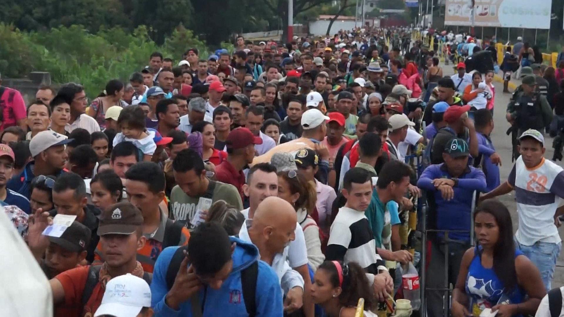 Miles de venezolanos cruzan a Colombia para comprar medicamentos y comida