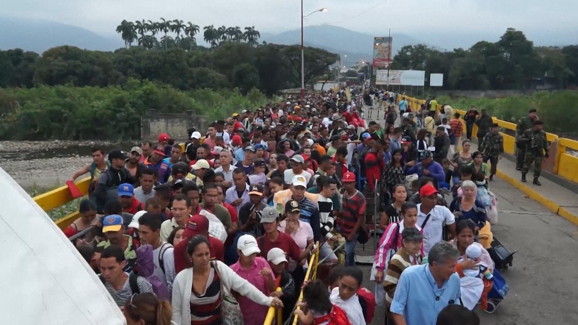 Miles de venezolanos cruzan a Colombiaa diario