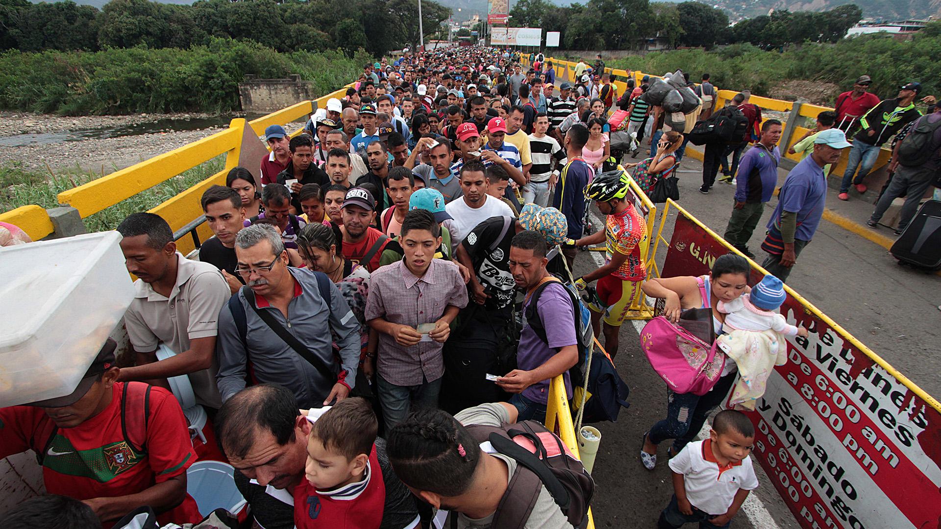 Venezolanos cruzando la frontera con Colombia (AFP)