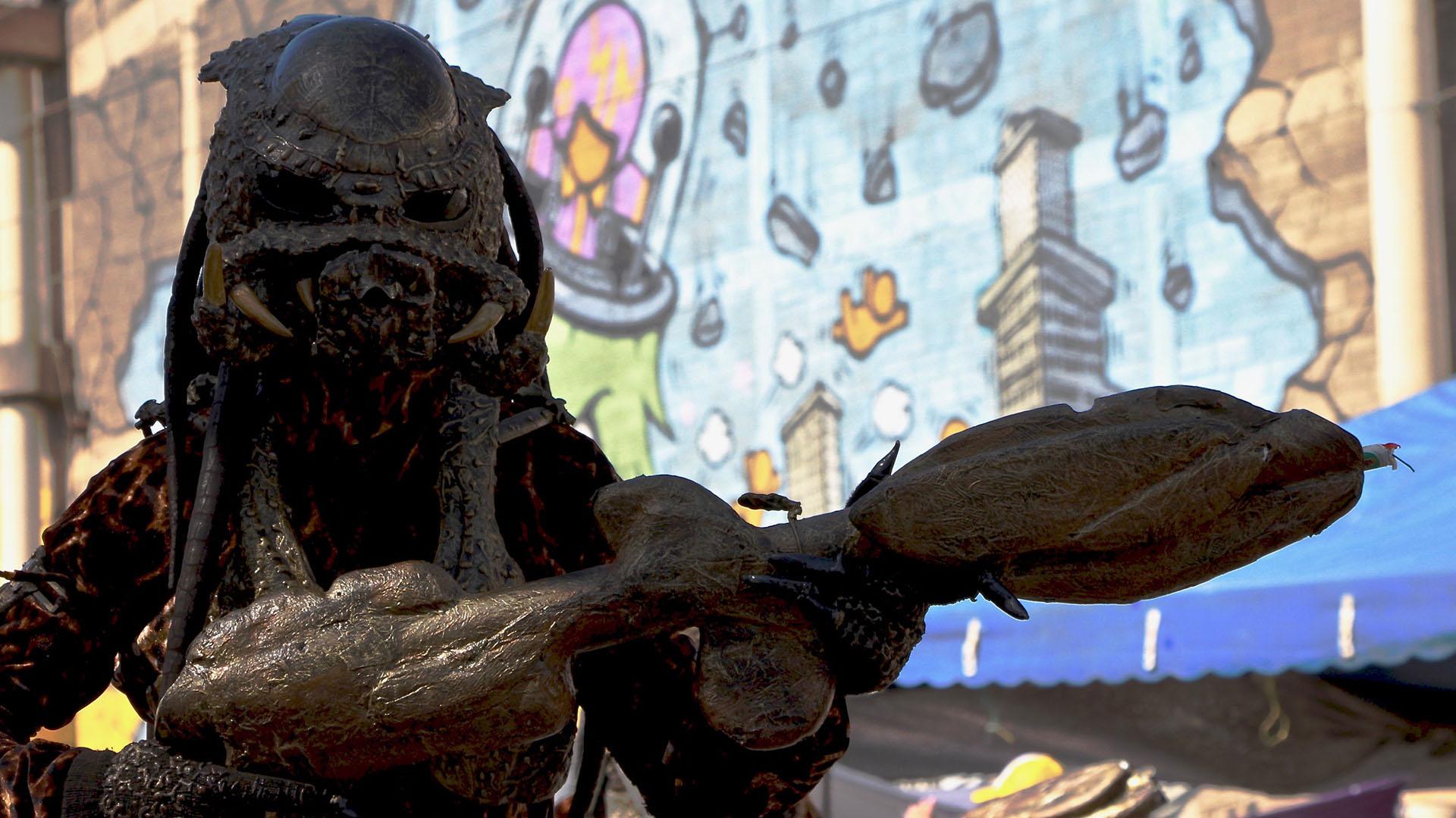 El desfile también tuvo lugar para disfraces inspirados en personajes clásicos de Hollywood, como Predator