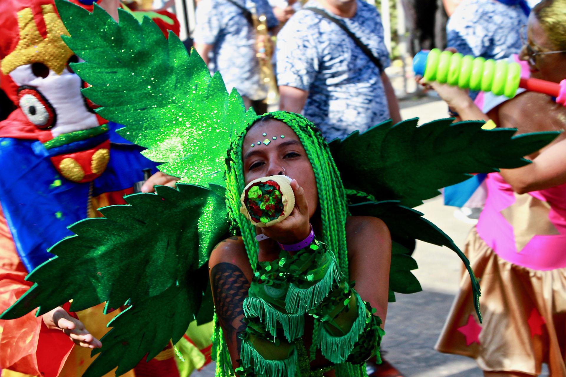 Una miembro del grupo Disfrázate Cómo Quieras. Su disfraz recordaba una hoja de marihuana
