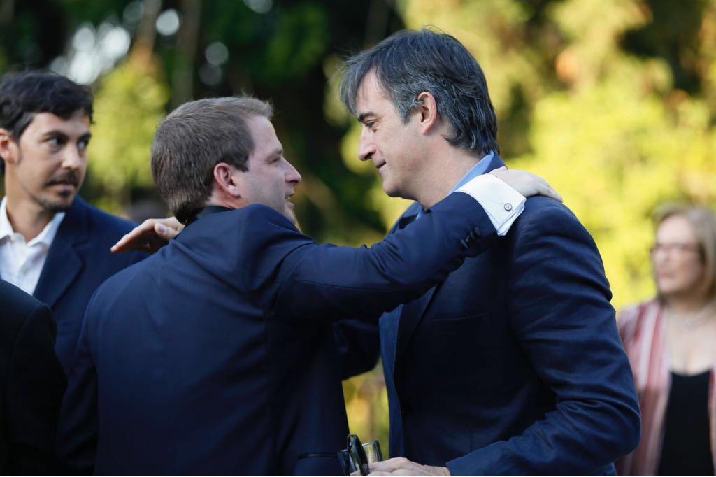 El senador Esteban Bullrich saluda al novio