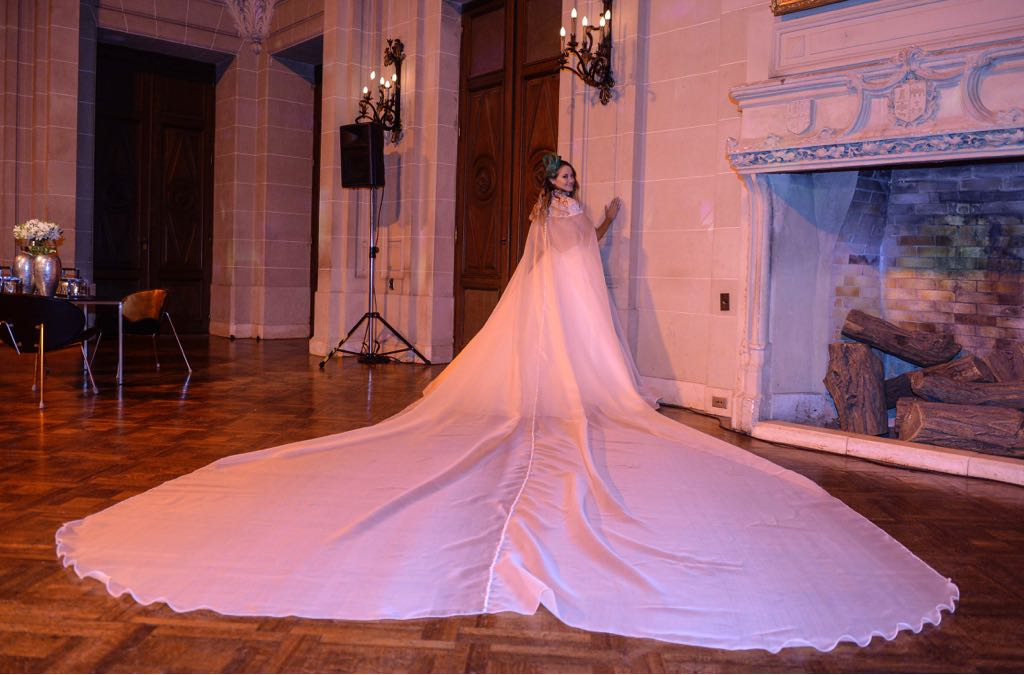 La novia, Verónica Gadano, luce la impresionante cola de su vestido de novia