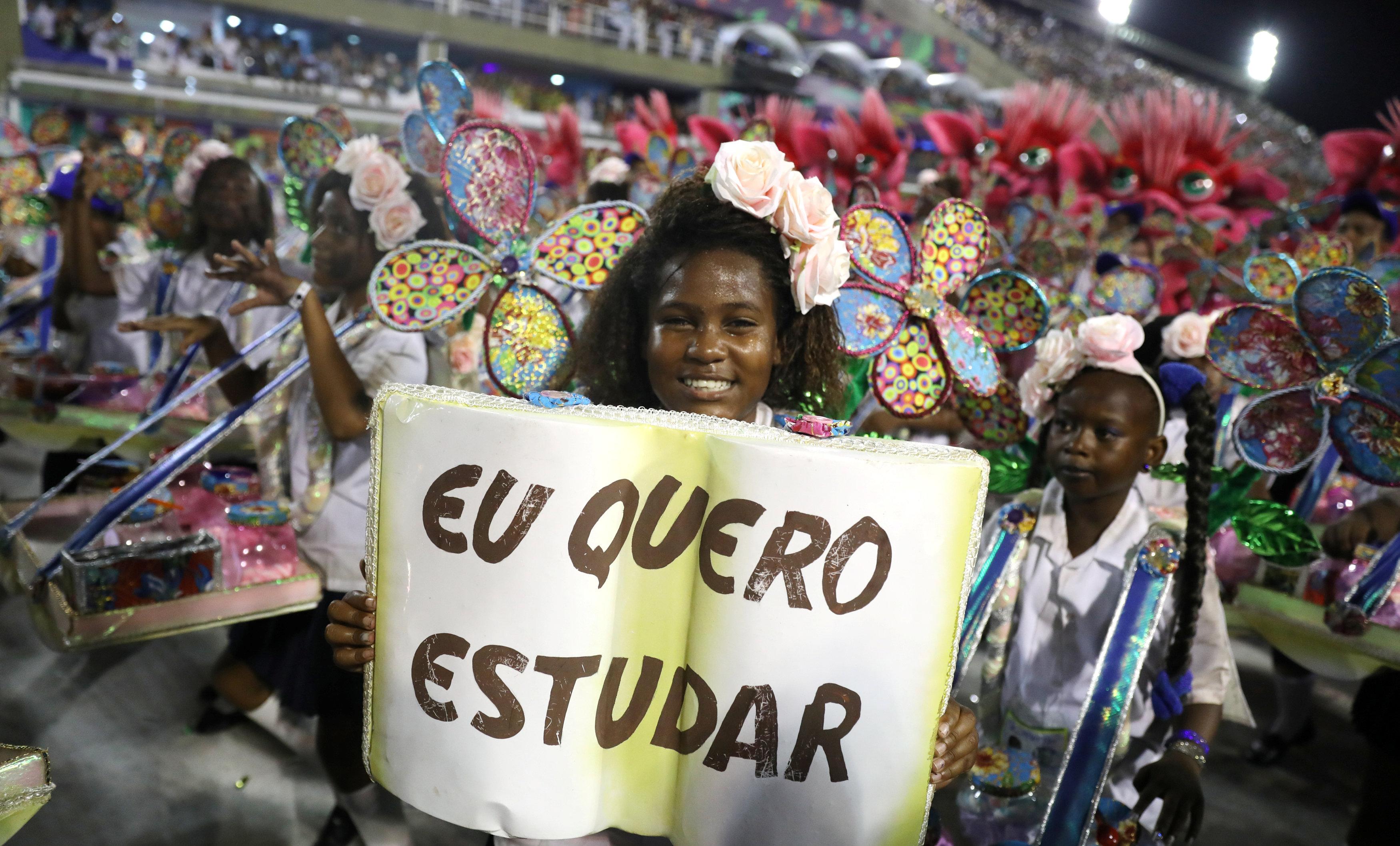 """""""Quiero estudiar"""", dice el cartel de esta niña de la escuela de sambaBeija-Flor (REUTERS/Pilar Olivares)"""