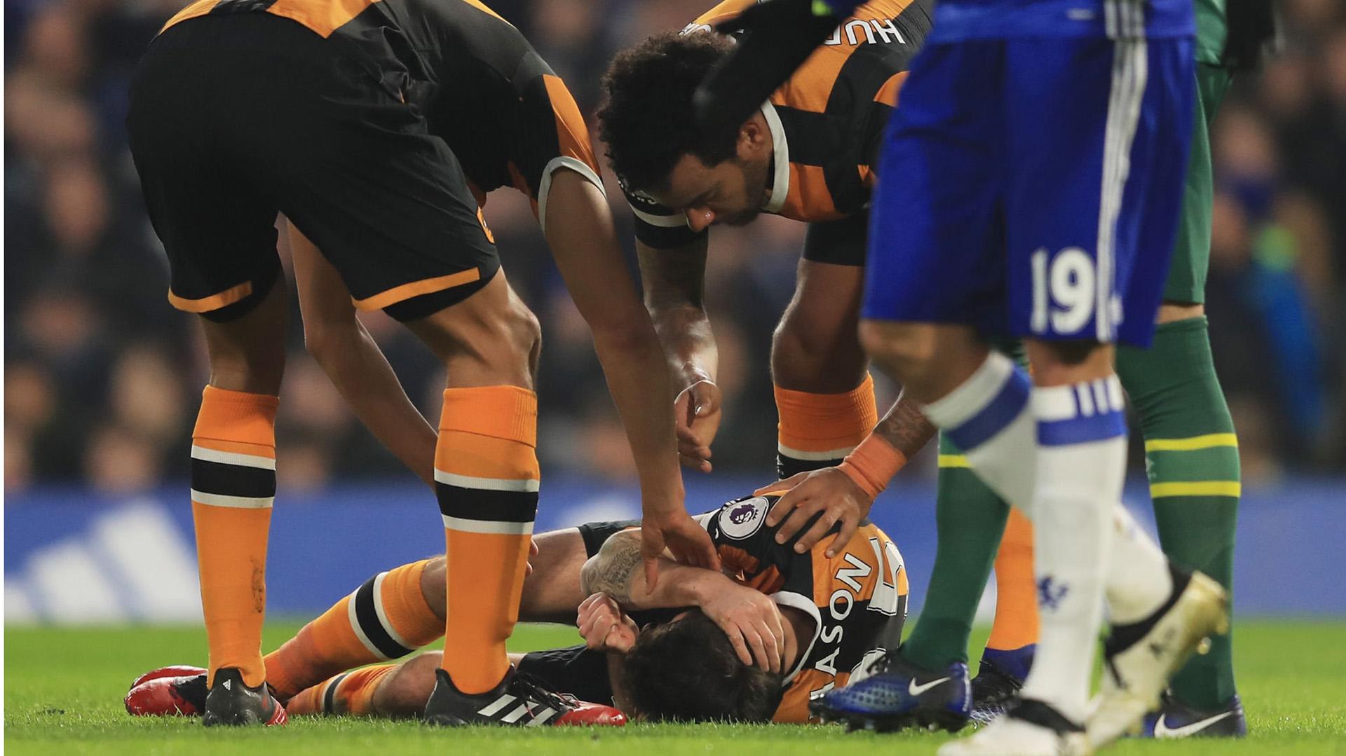 Ryan Mason yace en el césped tras el tremendo impacto con Gary Cahill en el partido Chelsea-Hull City de enero de 2017