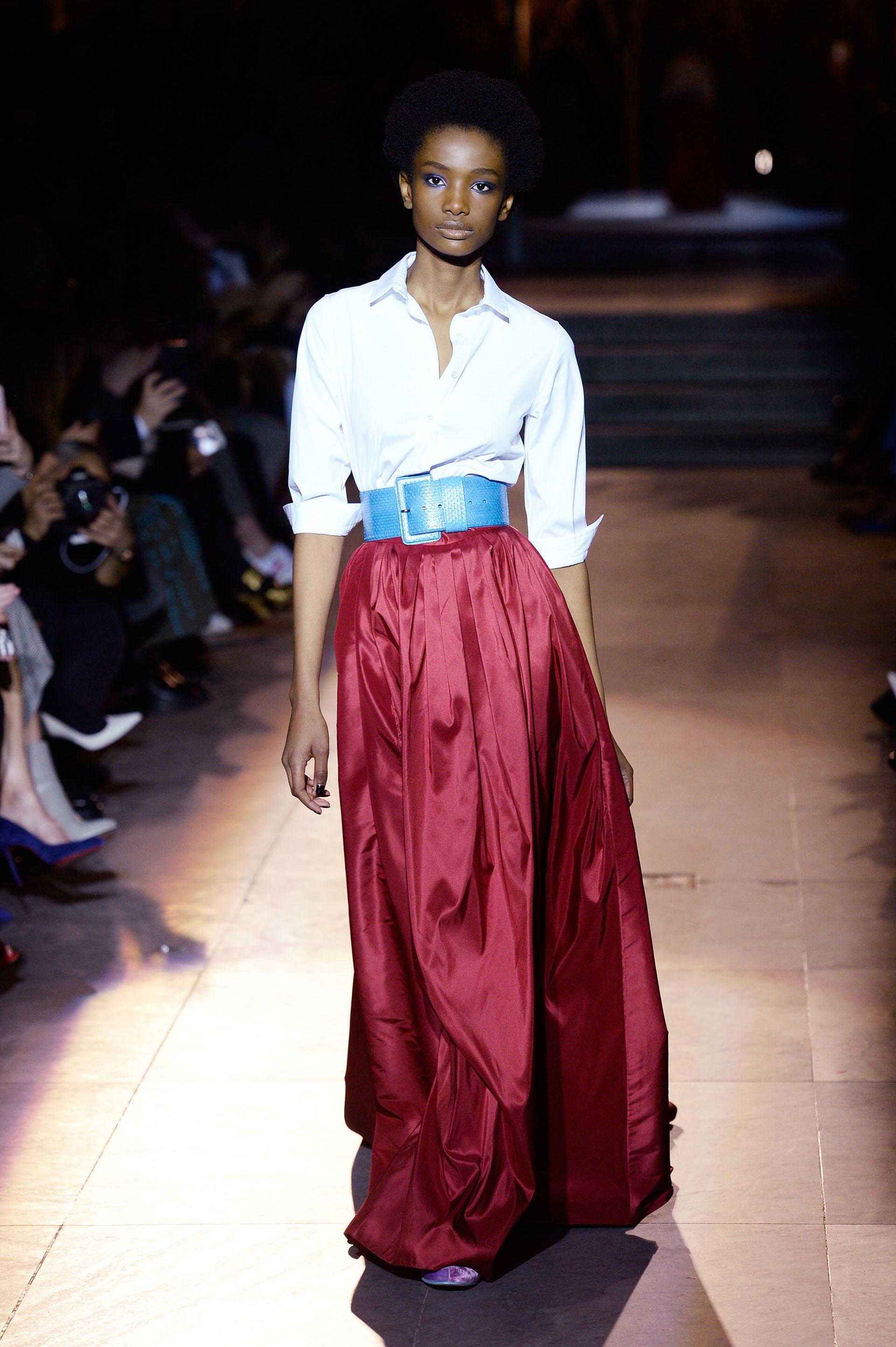 Camisa, falda y cinturón, un clásico que impusó Carolina Herrera y volió