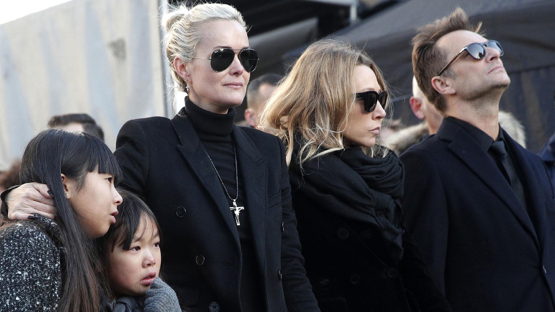 Laeticia Hallyday con sus hijas Jade y Joy, adoptadas en Vietnam