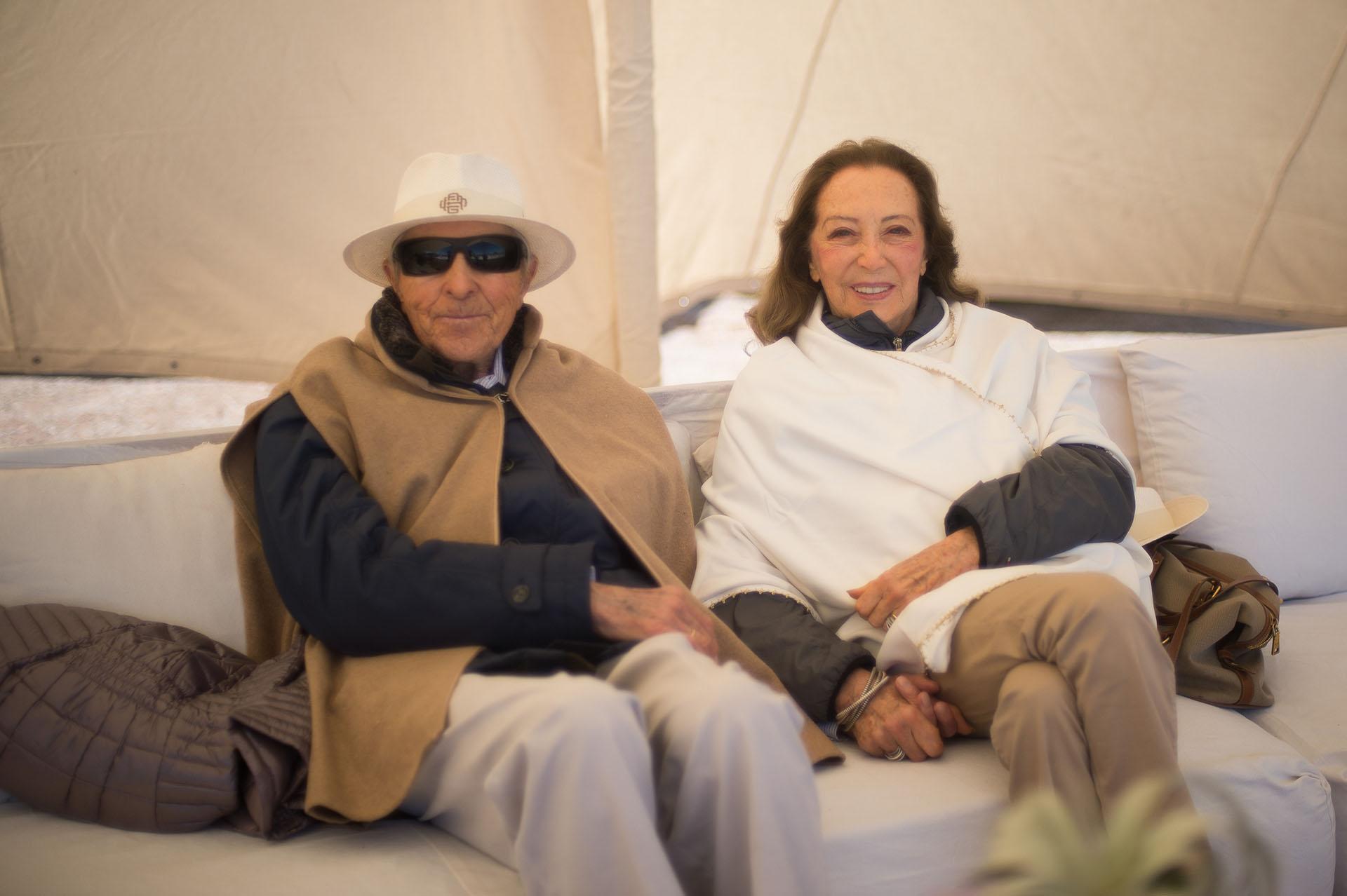 Alberto W. H. Roemmers y Hebe Colman dentro de una jaima