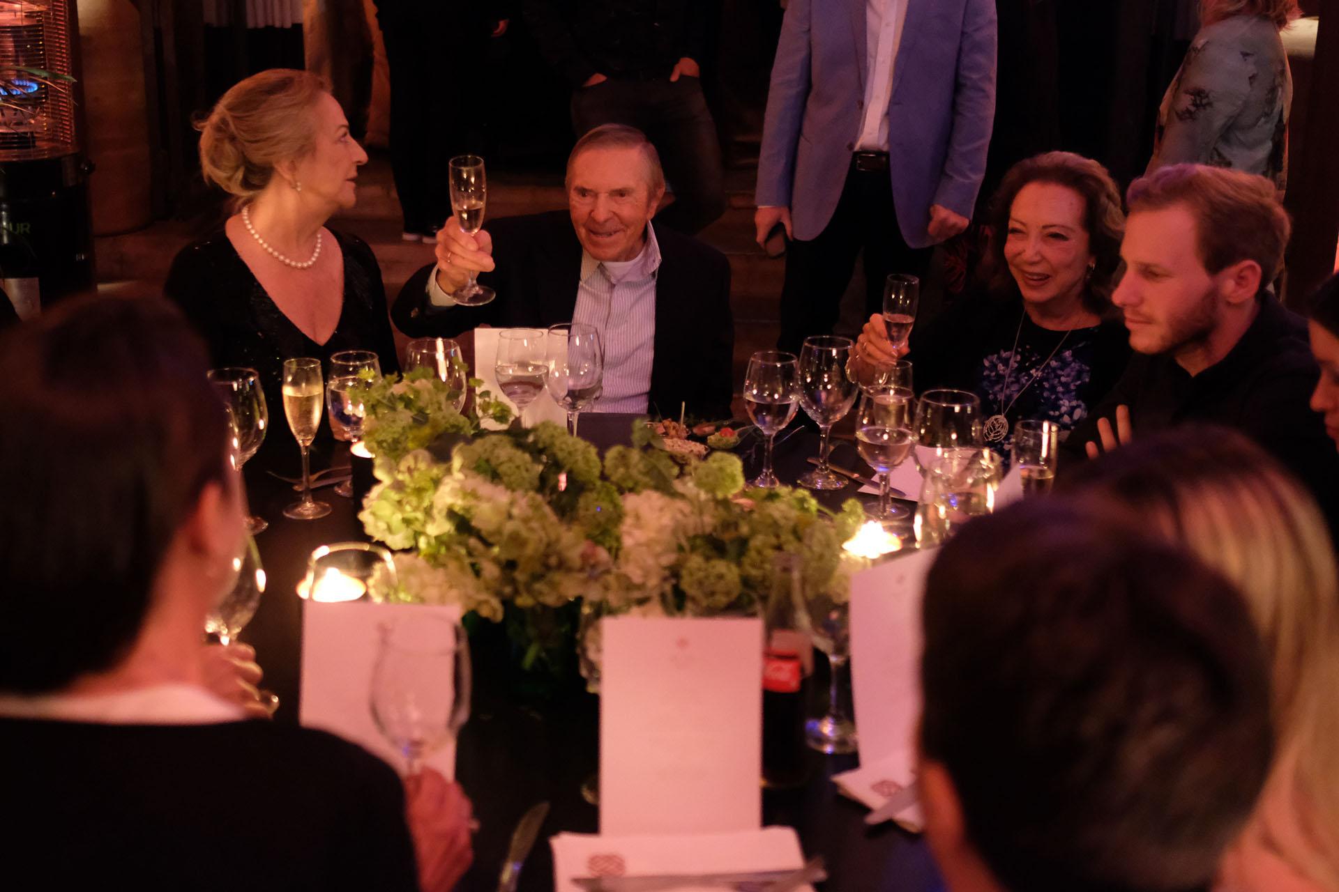 Alberto W. H. Roemmers, padre de Alejandro e hijo del fundador del laboratorio Roemmers, junto a Hebe Colman durante la cena en el restaurante Bo Zin, el segundo de los festejos
