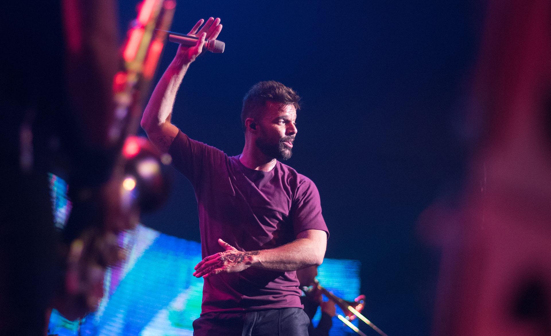 Con banda de músicos en vivoy cambio de vestuario el cantante puertoriqueño hizo delirar a los invitados