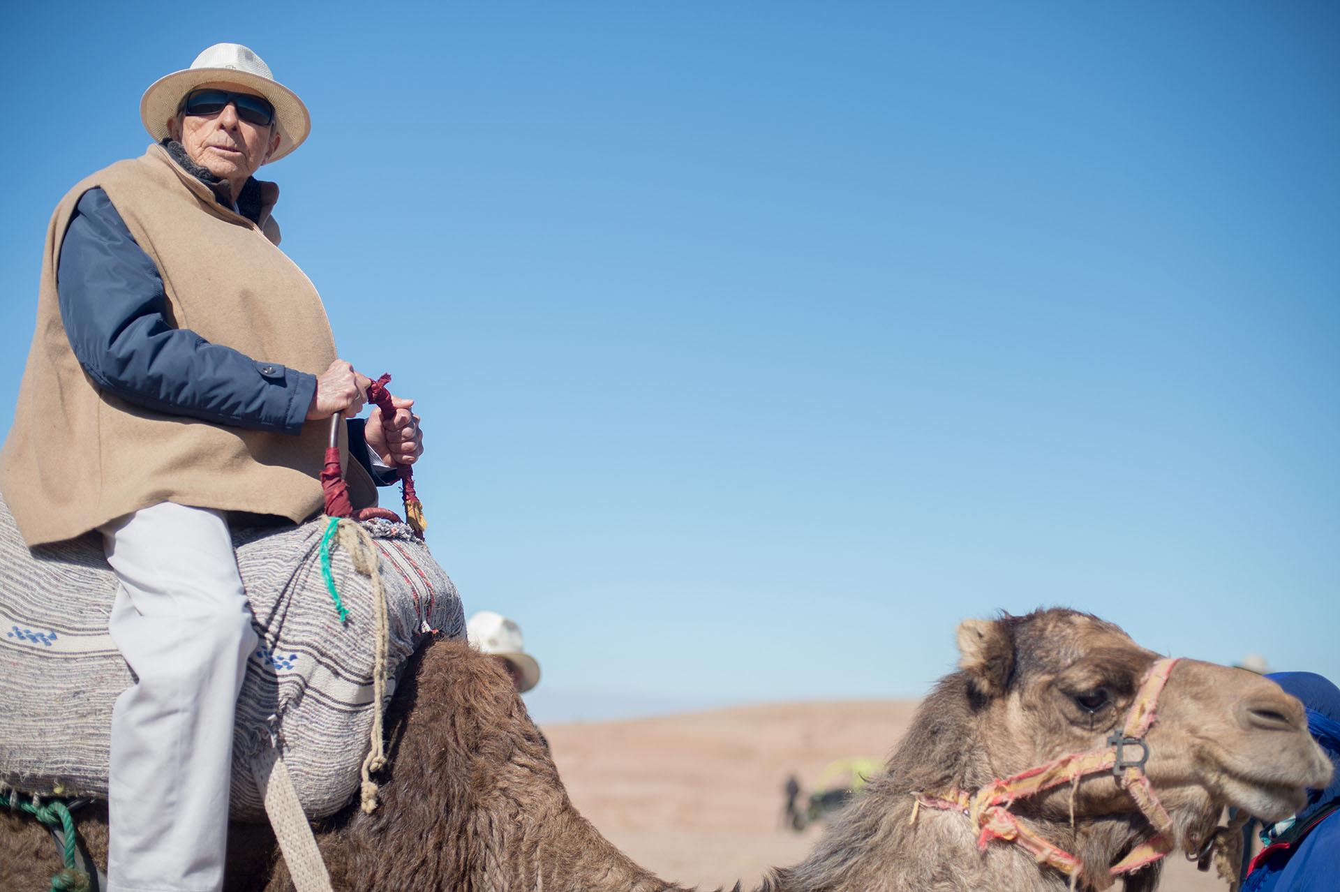Alberto W. H. Roemmers subido a un camello en el desierto