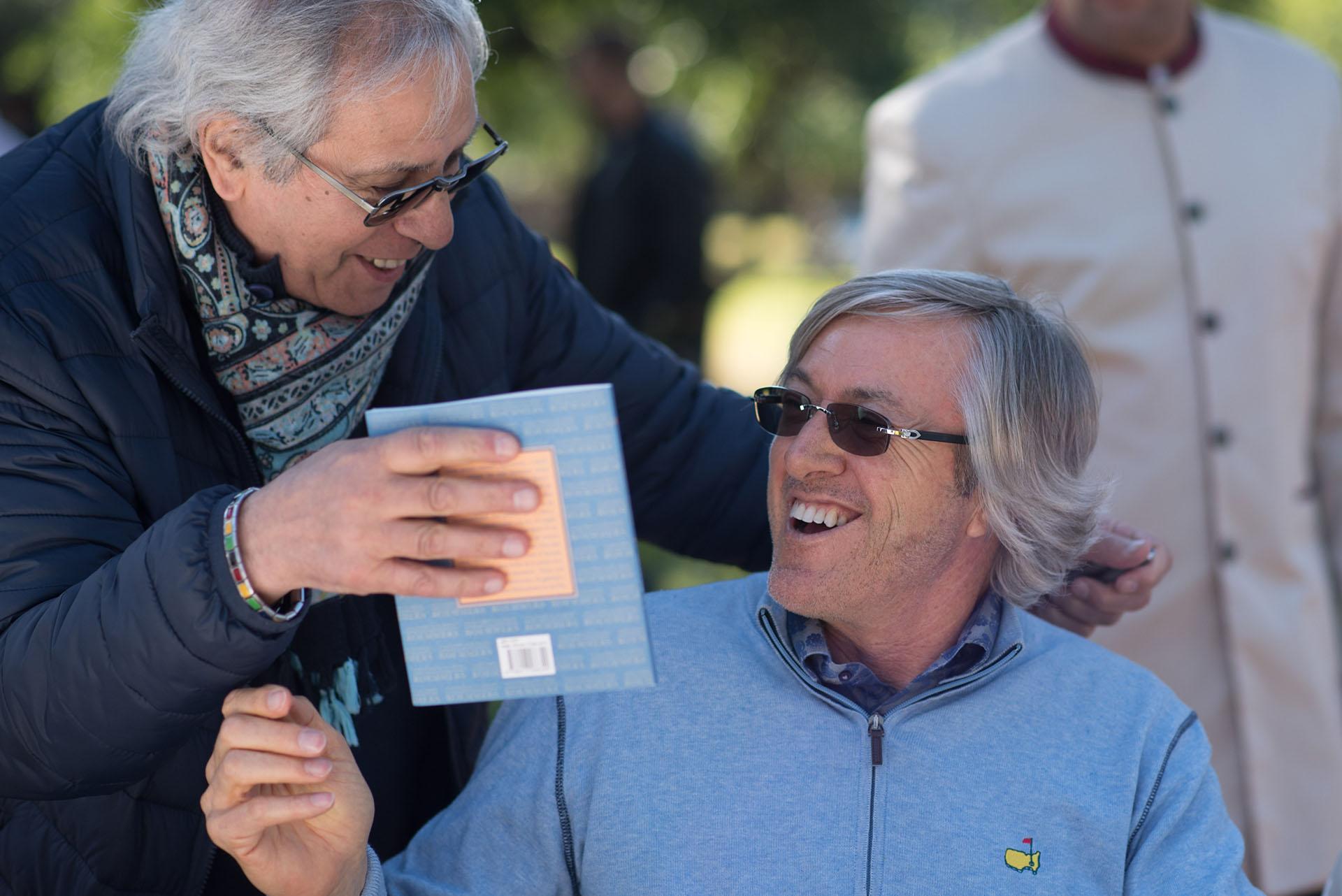 Norberto Barleand, miembro de la comisión directiva de la Fundación Argentina para la poesía le obsequió un libro al escritor