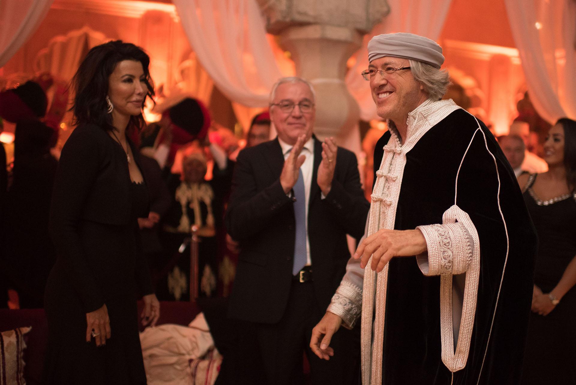 Alejandro Roemmers vistió una túnica blanca y negra para su fiesta oriental en el Palais Namaskar