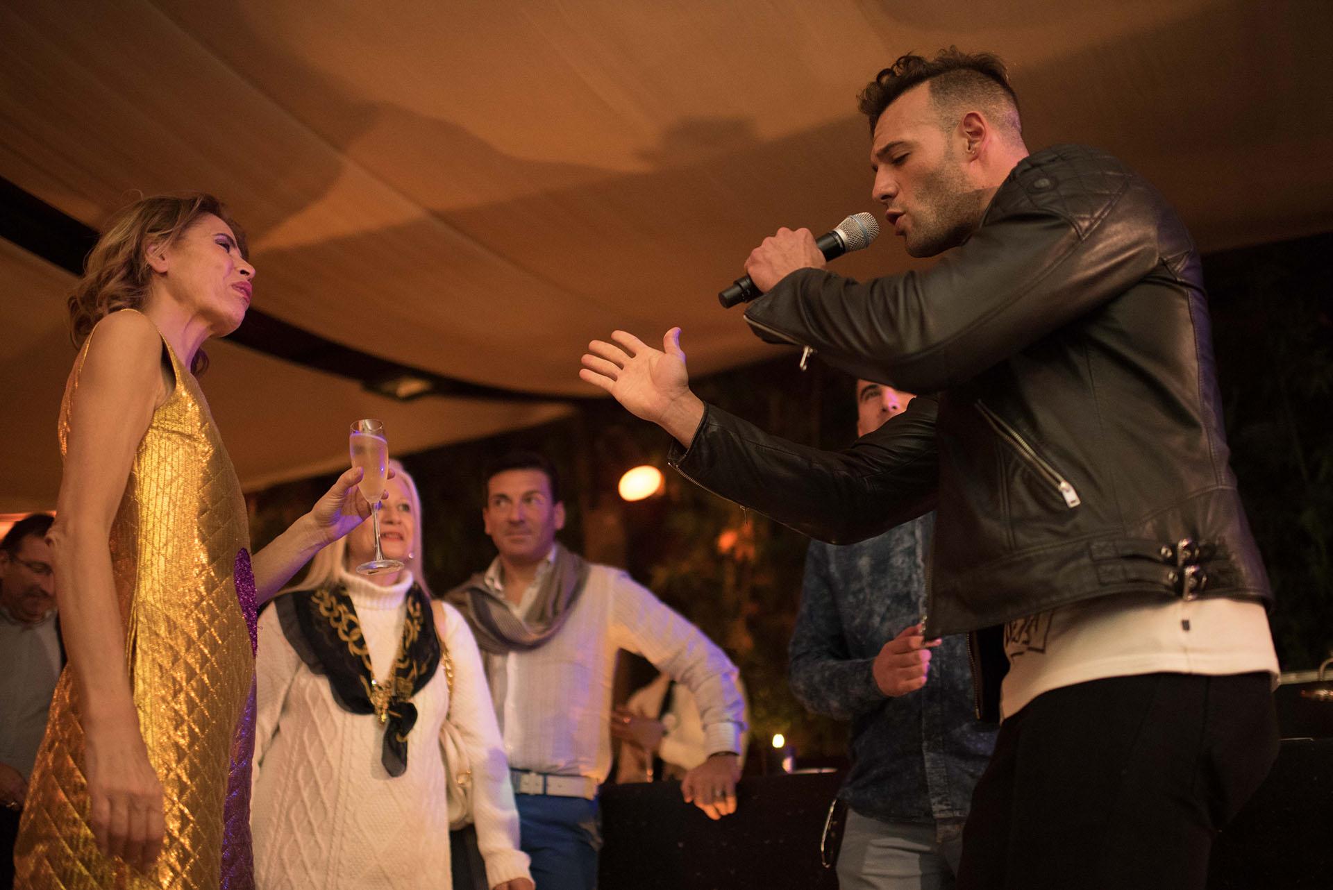 El cantante Marko Silva junto a la diseñadora Ágatha Ruíz de la Prada durante la cena en el restaurante Bo Zin