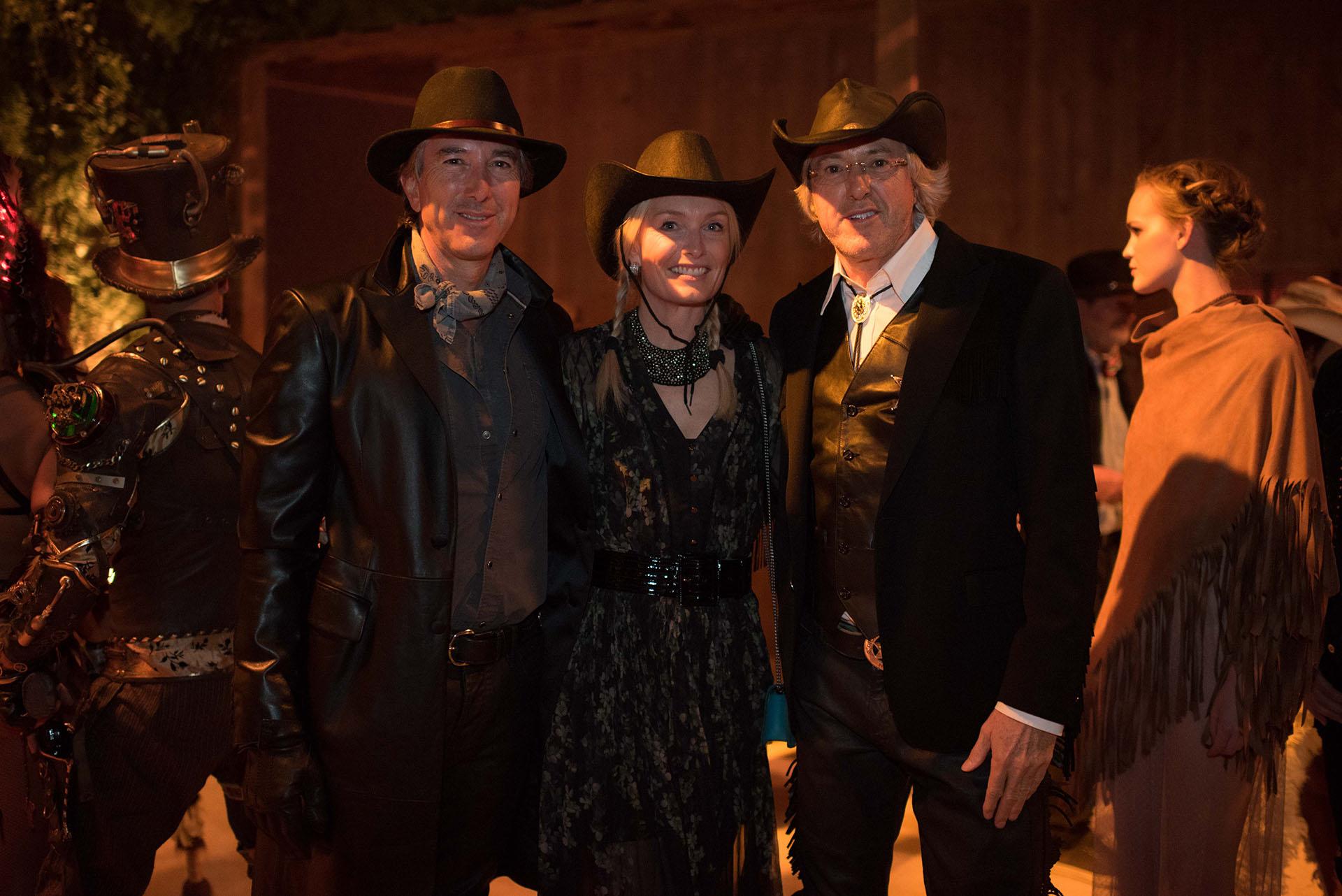 Alejandro Roemmers junto a su hermano Pablo y Catherine Roemmers, con vestimentas alusivas a la fiesta Far West.