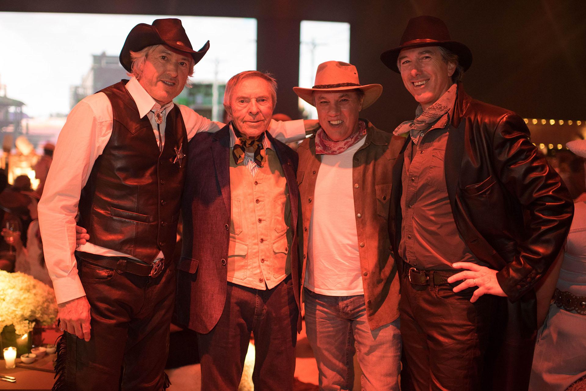 Alberto W. H. Roemmers junto a sus hijos. El dress code texano fue sugerido para los invitados: sombreros, chalecos de flecos y botas