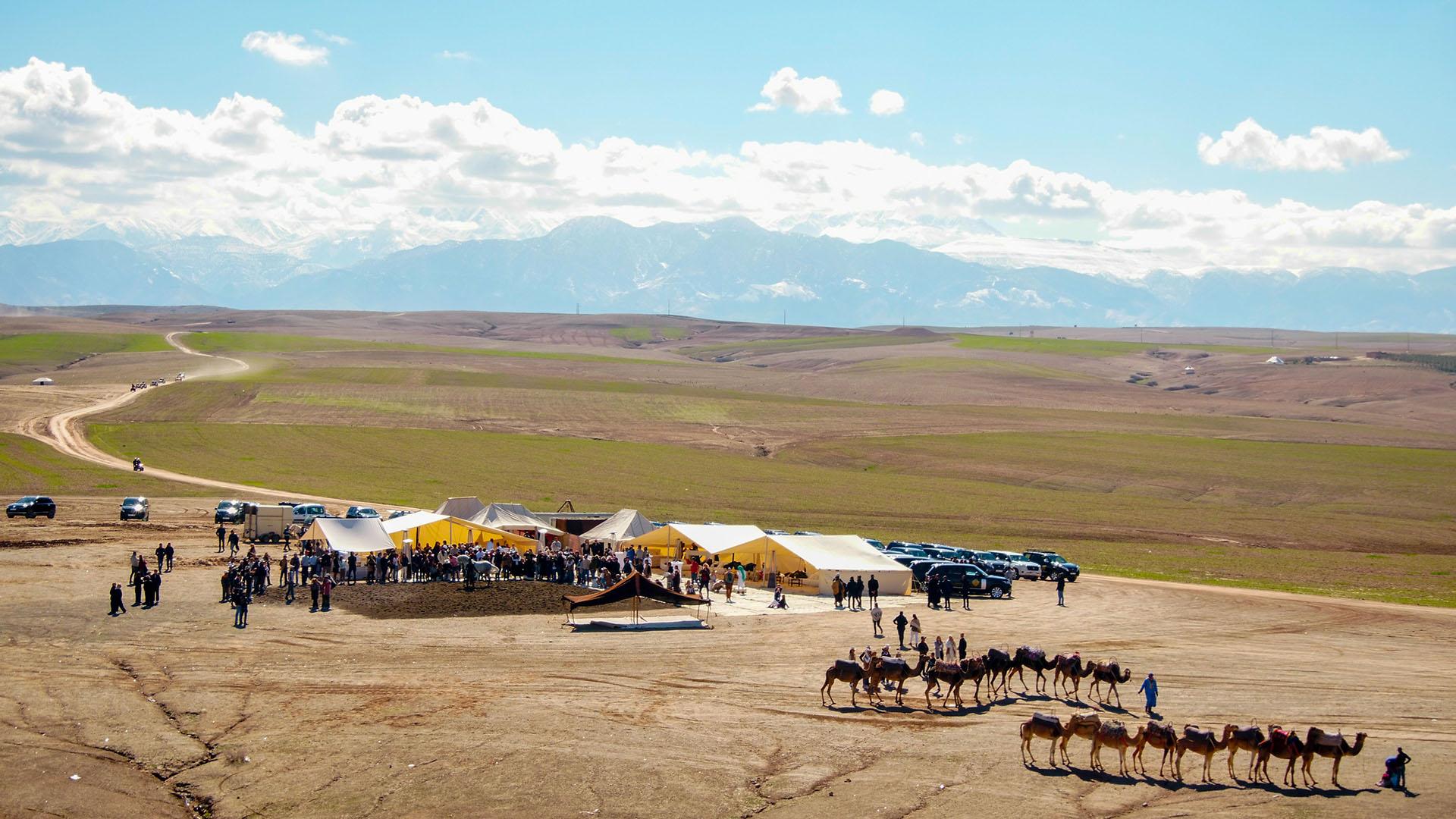 Las jaimas que se instalaron en el desierto de Agafay junto a los camellos que montaron algunos de los invitados