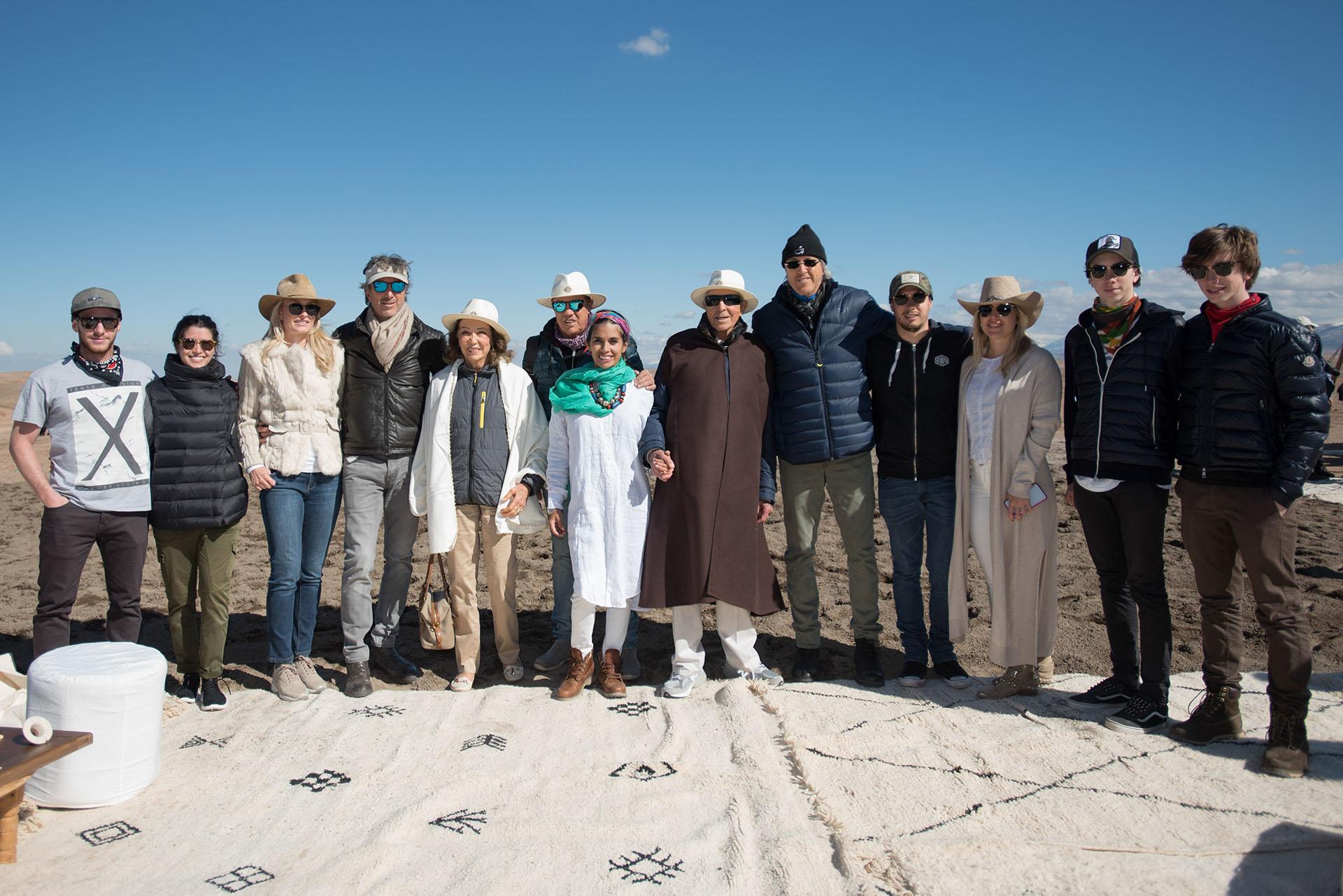 Alejandro Roemmers junto a su familia en el desierto de Agafay con la cordillera del Atlas