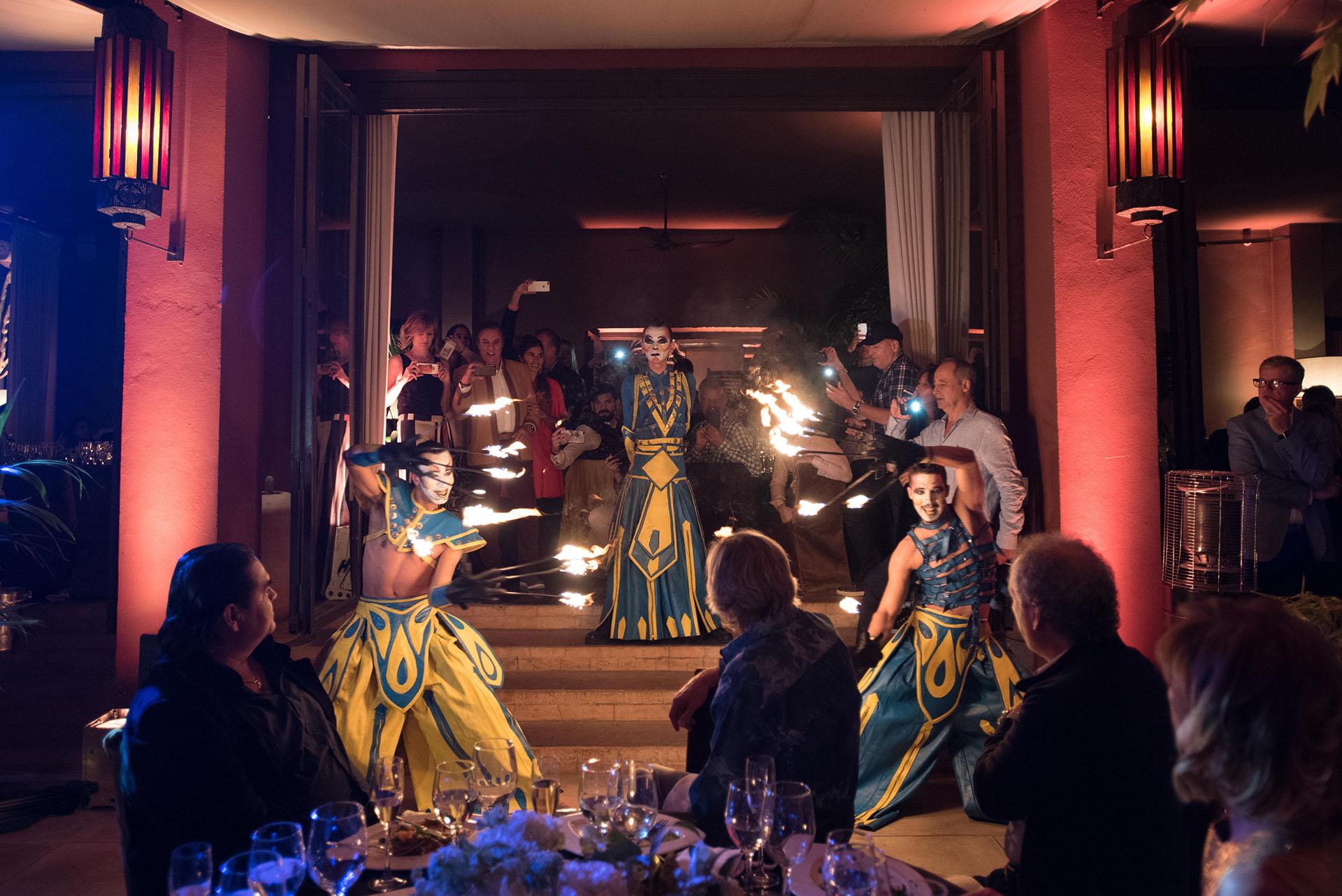 Un grupo de bailarines realizó un espectáculo durante la cena en el restaurante Bo Zin con antorchas de fuego