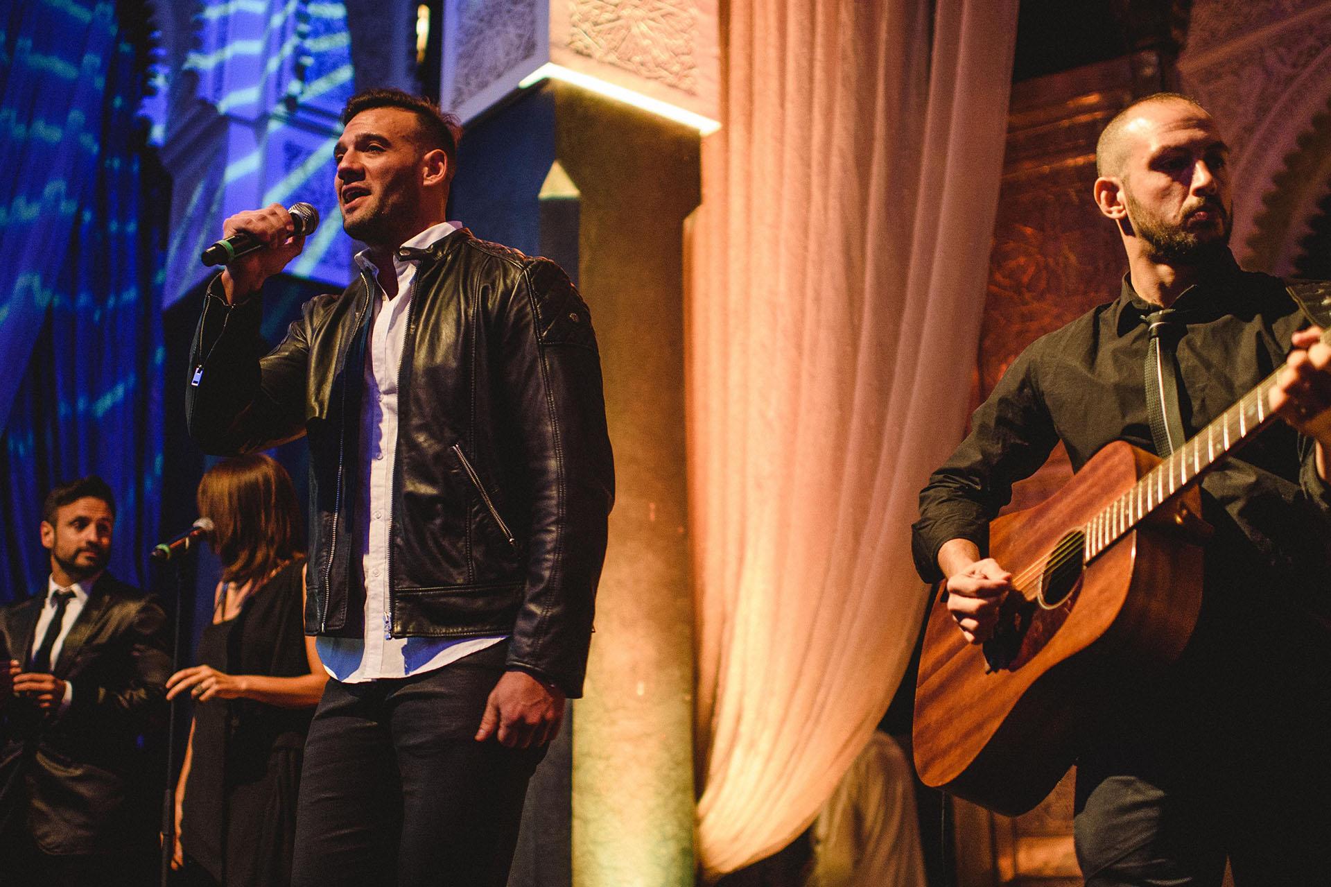 El cantante Marko Silva fue el primero de los artistas en presentarse. Lo siguieron Ricky Martin, la soprano Haydèe Dabusti y algunos de los intérpretes del musical Franciscus, cuyo guión original es de Roemmers