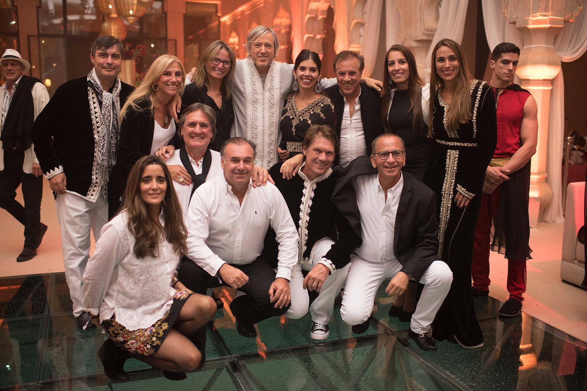 Alejandro Roemmers junto a su hermano y amigos