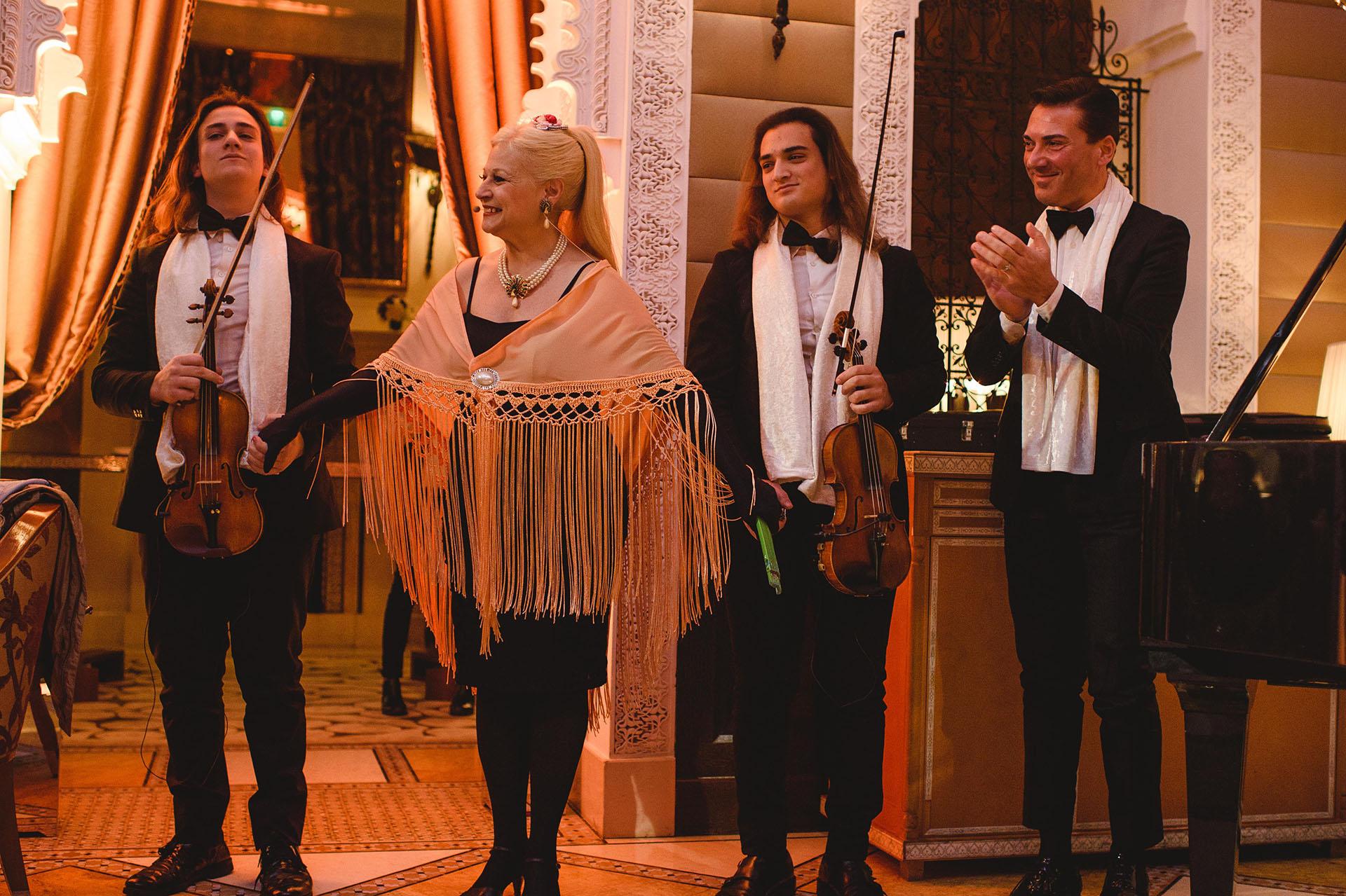 La soprano Haydee Dabusti junto al maestro Antonino Caronn y sus hijos Gioel y Emmanuel se presentaron durante el cóctel de bienvenida en el hotel Royal Mansour, en el primero de los festejos de cumpleaños de Alejandro Roemmers