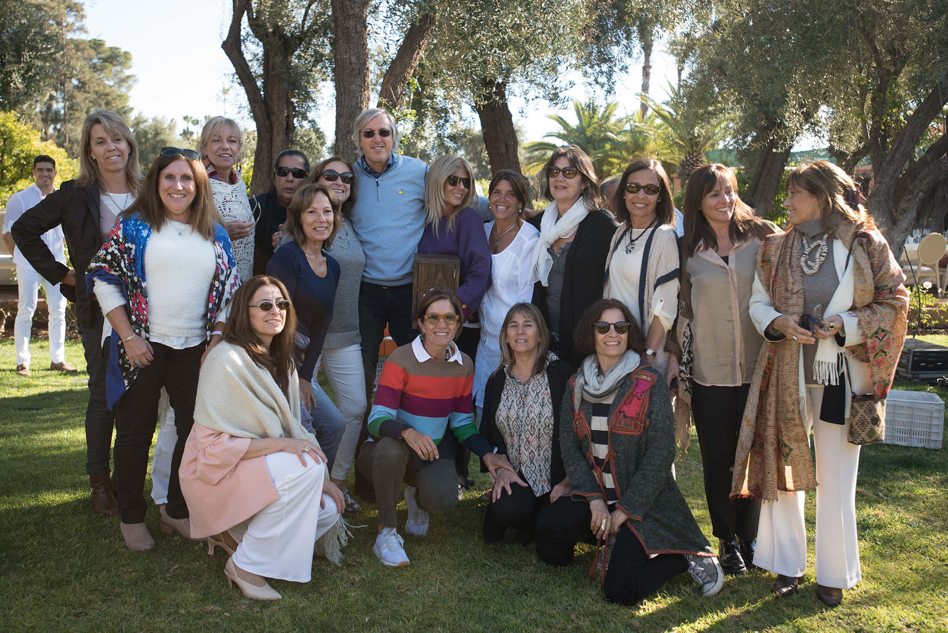Las esposas de los compañeros del Secundario del Colegio San Juan el Precursor de San Isidro junto al cumpleañero