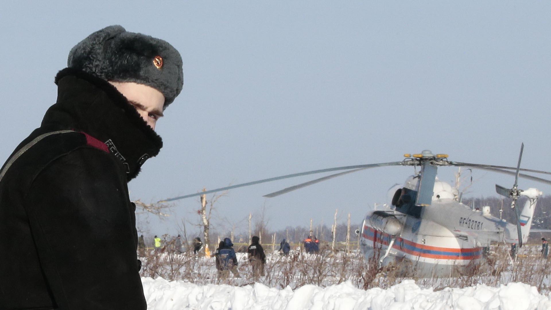 Los trabajos de búsqueda de los restos del accidente de avión en las afueras del Moscú involucran a unos mil trabajadores (REUTERS/Tatyana Makeyeva)