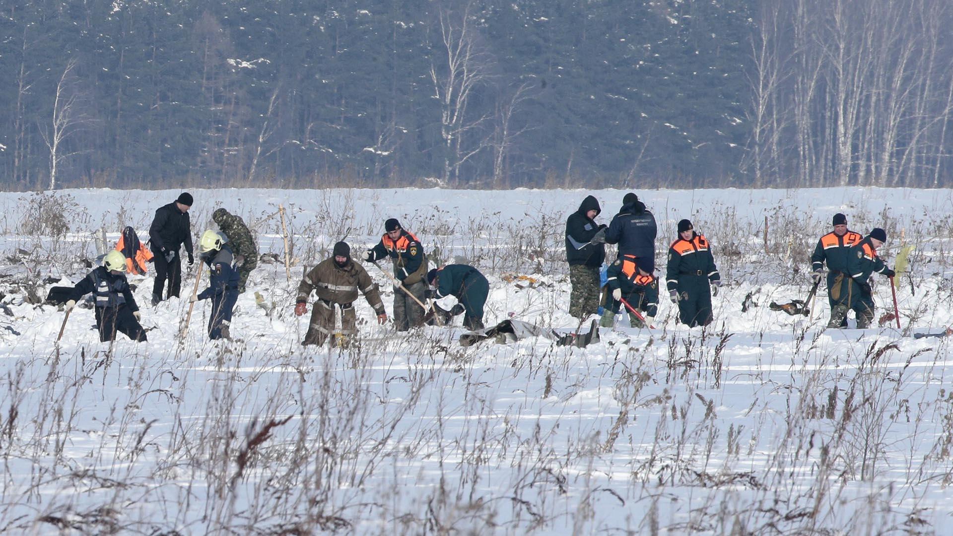 Los servicios de emergencia rusos trabajan en la recuperación de los restos del avión accidentado en las afueras de Moscú (REUTERS/Tatyana Makeyeva)