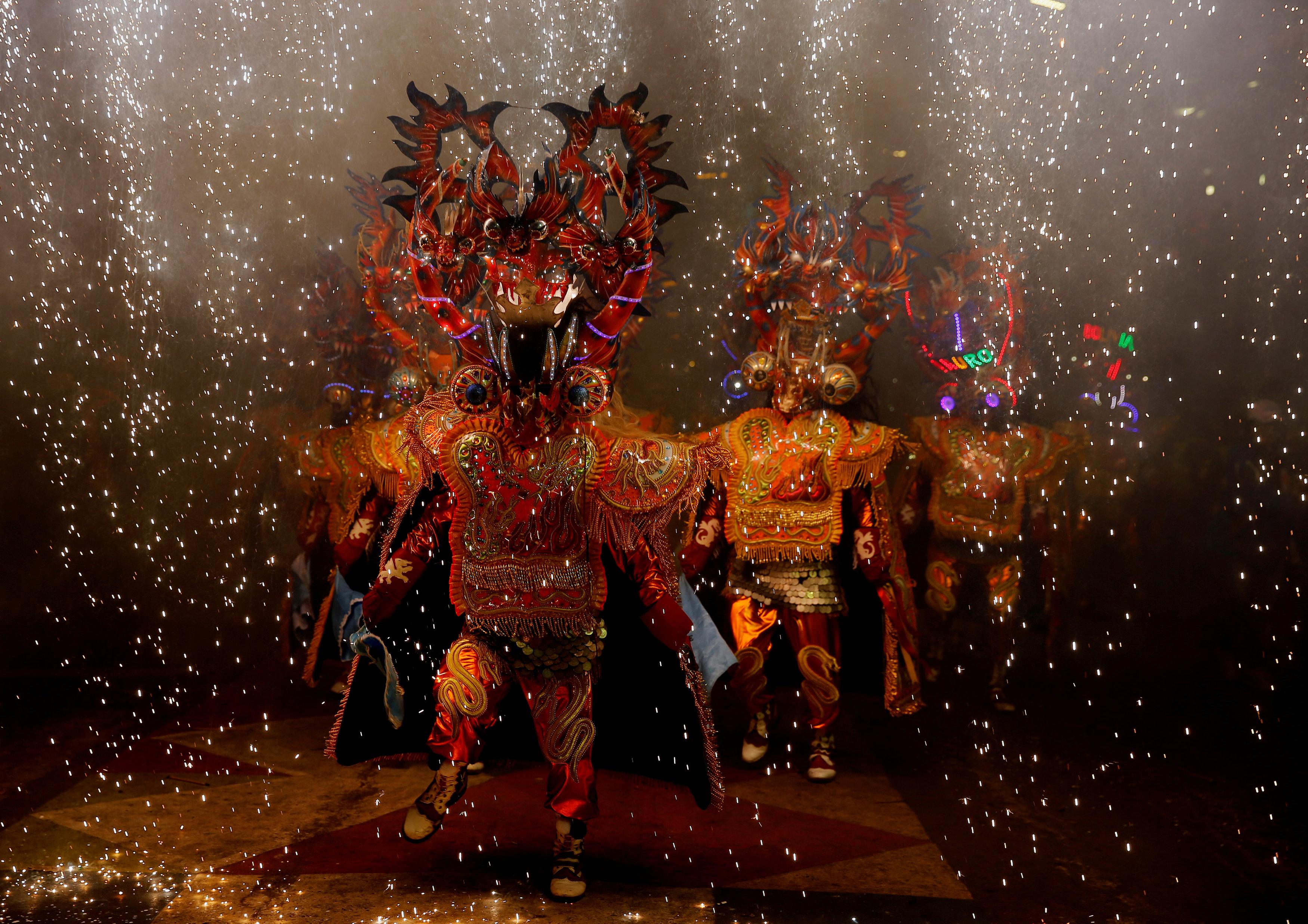 Un grupo desfila durante el Carnaval de Oruro el sábado (REUTERS/David Mercado)