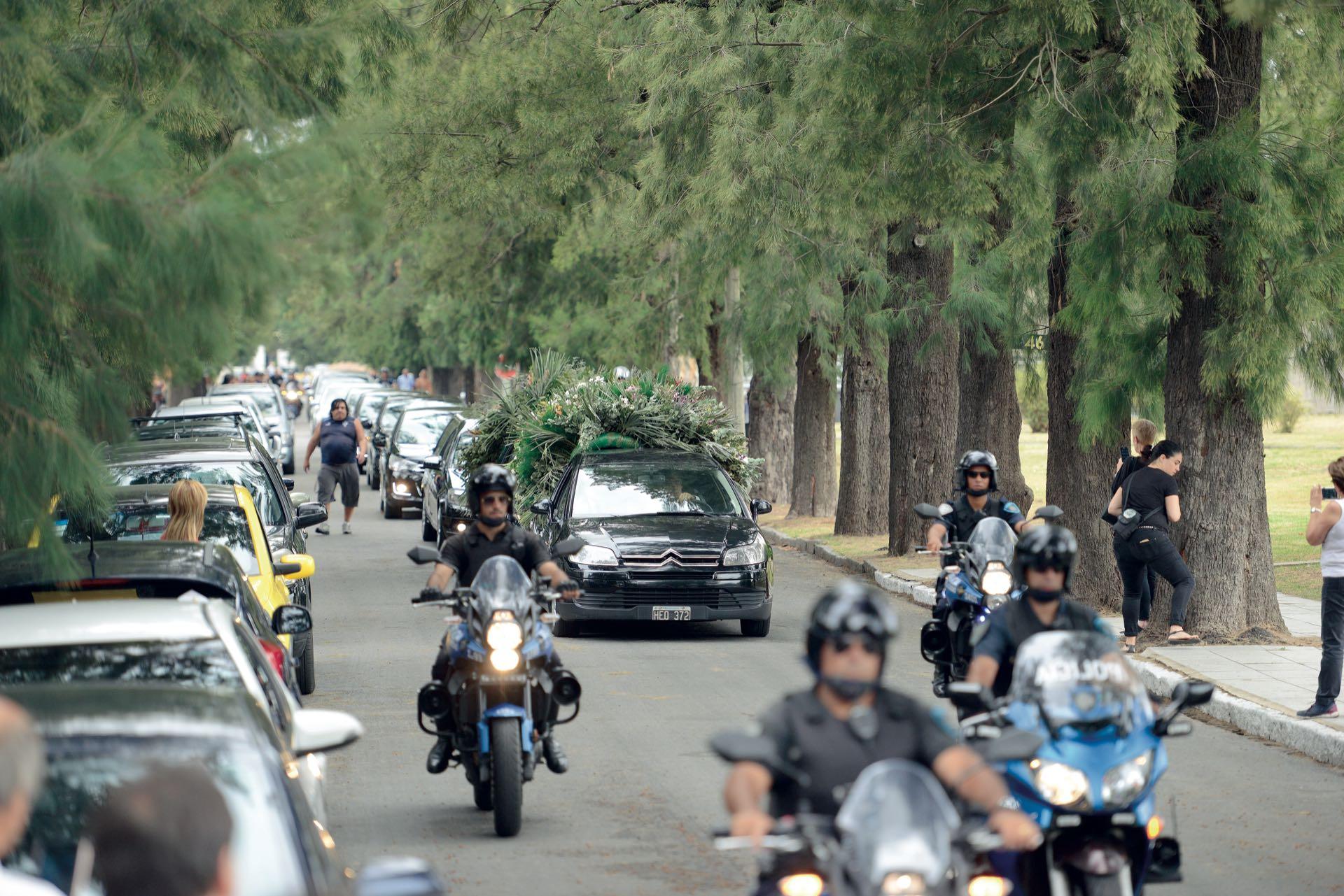 El cortejo llegando al panteón del Centro Asturiano, en Chacarita (Fotos: Enrique García Medina y Maxi Vernazza/GENTE)
