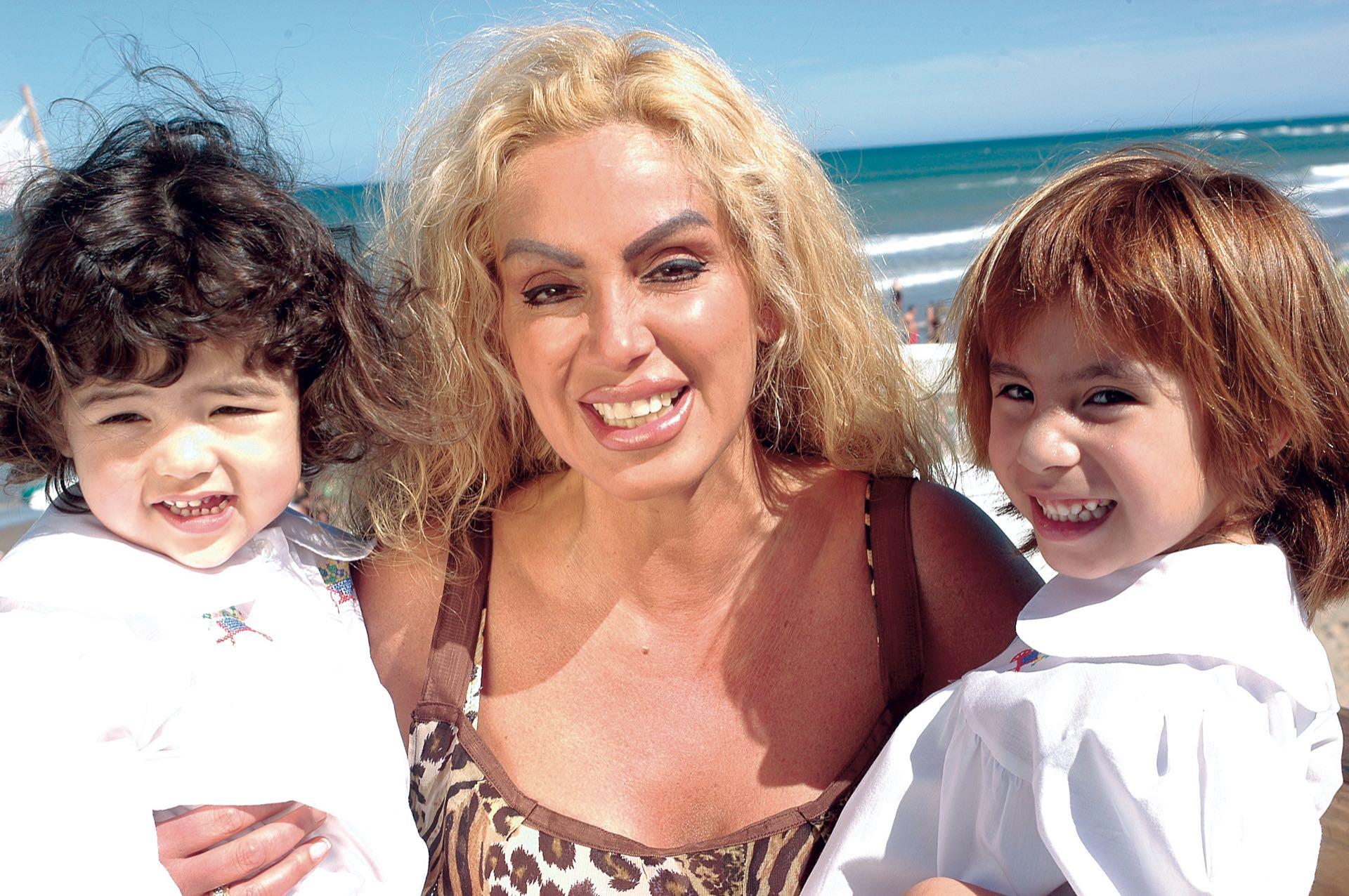 Un verano en la costa argentina con sus nenas, por entonces de dos y cuatro años. (Foto Archivo Atlántida Televisa)