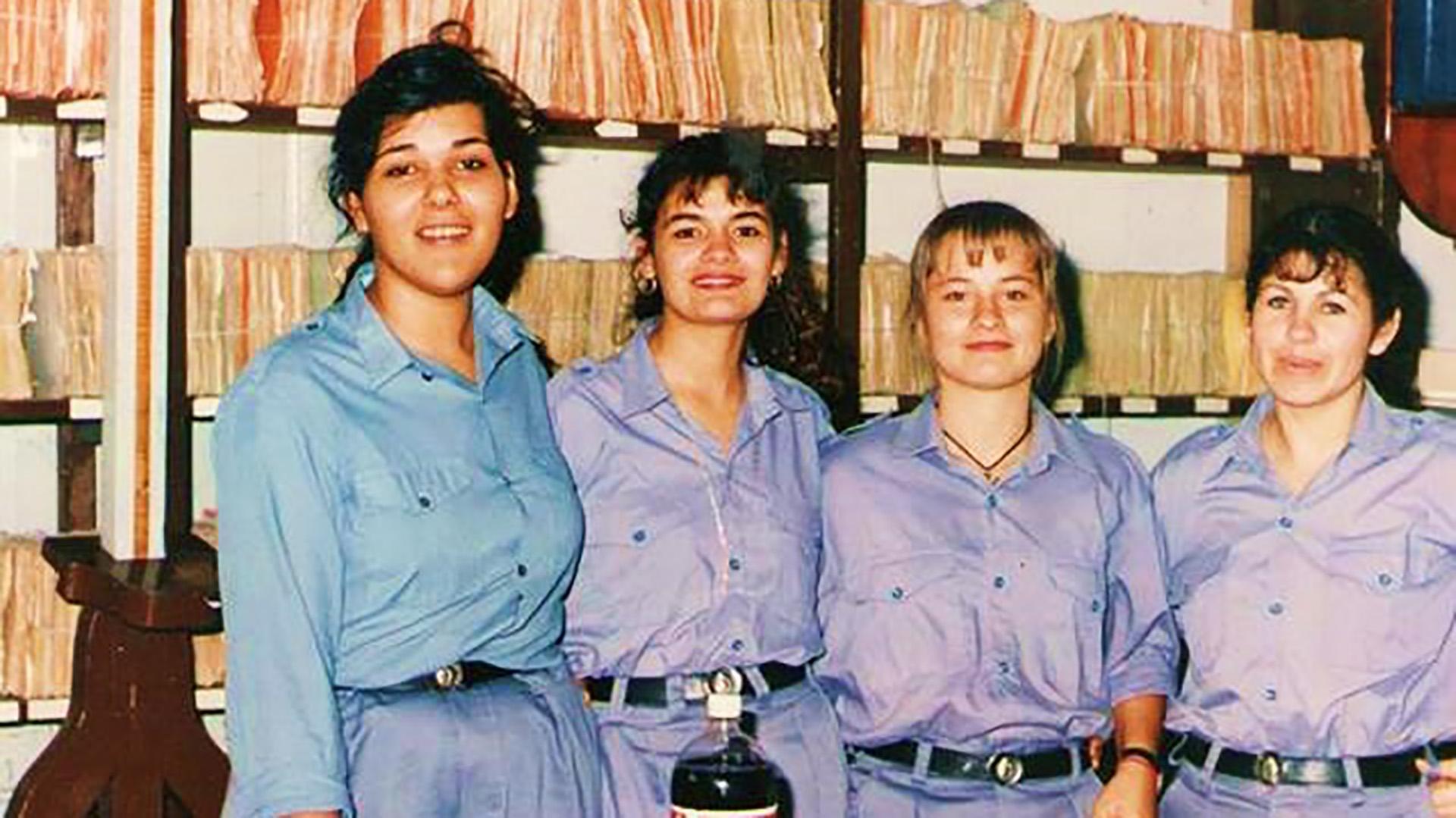 Tercera desde la izquierda, la madre de Nahir Galarza, Yamina Kroh, también se desempeño como policía