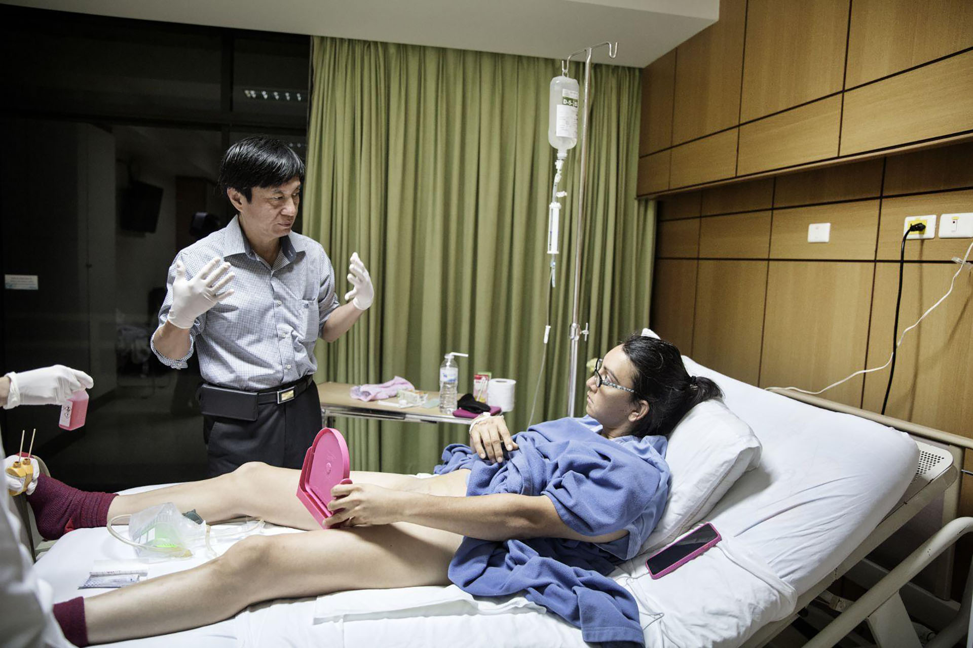 More Than a Woman – Más que una mujer: el Dr. Suporn Watanyusakul muestra a la paciente Olivia Thomas su nueva vagina después de una cirugía de cambio de sexo en un hospital en Chonburi, cerca de Bangkok, Tailandia. (Giulio Di Sturco, Italia)