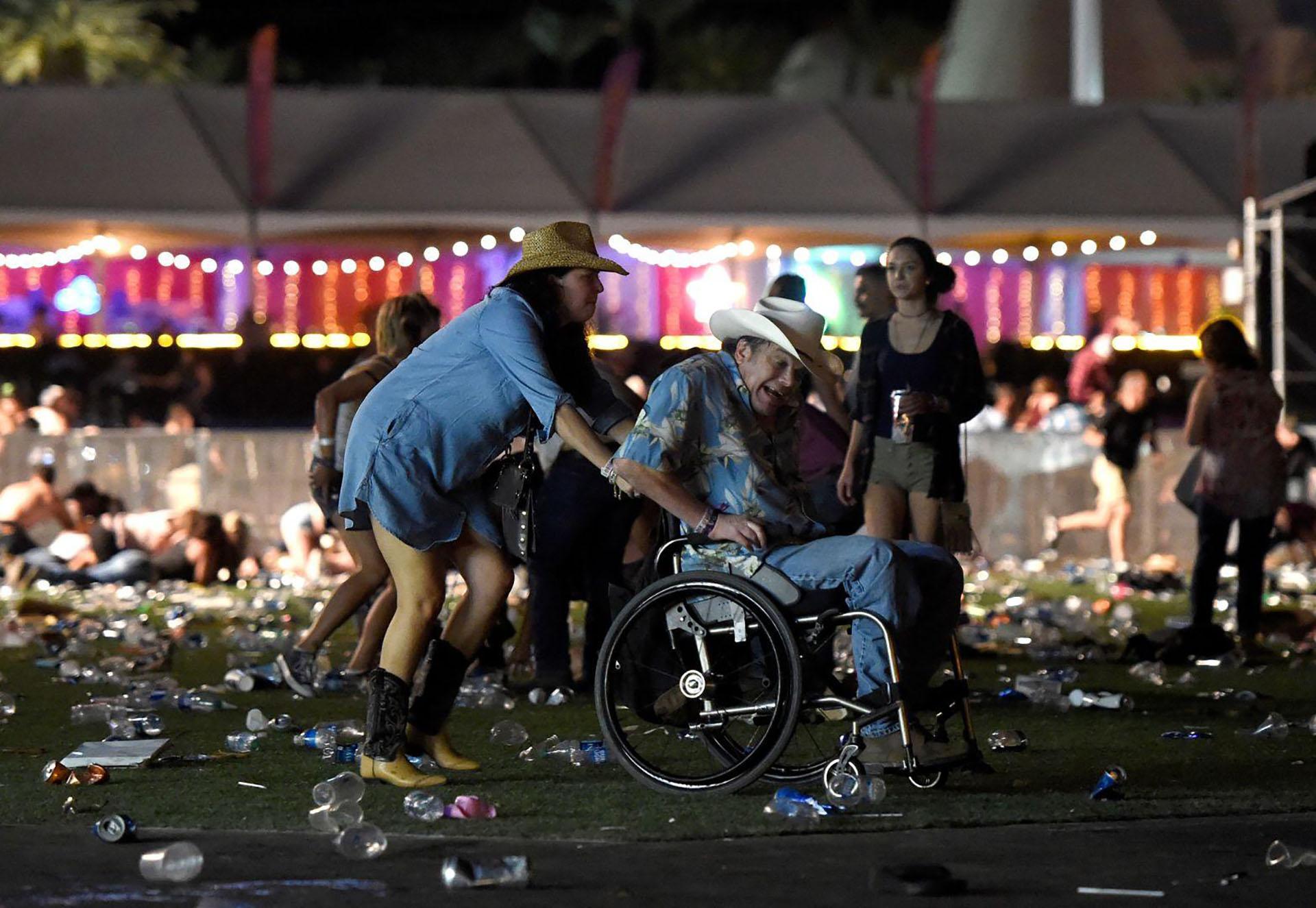 Massacre in Las Vegas – Masacre en Las Vegas: 58 personas murieron y más de 500 resultaron heridas después de que Stephen Paddock abriera fuego contra una multitud de más de 20.000 espectadores en el festival de música country de Route 91 Harvest en el Mandalay Bay Resort and Casino en Las Vegas, Nevada, Estados Unidos. (David Becker, Estados Unidos)