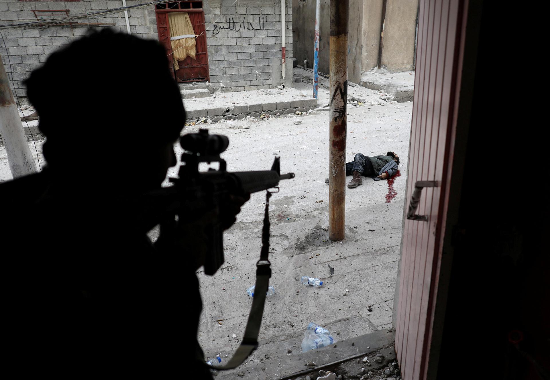 Mideast Crisis Iraq Mosul – La crisis del Medio Oriente en Mosul, Iraq: un soldado de las Fuerzas Especiales iraquíes momentos después de matar a un presunto terrorista suicida durante la ofensiva para retomar Mosul. (Goran Tomasevic, Serbia)