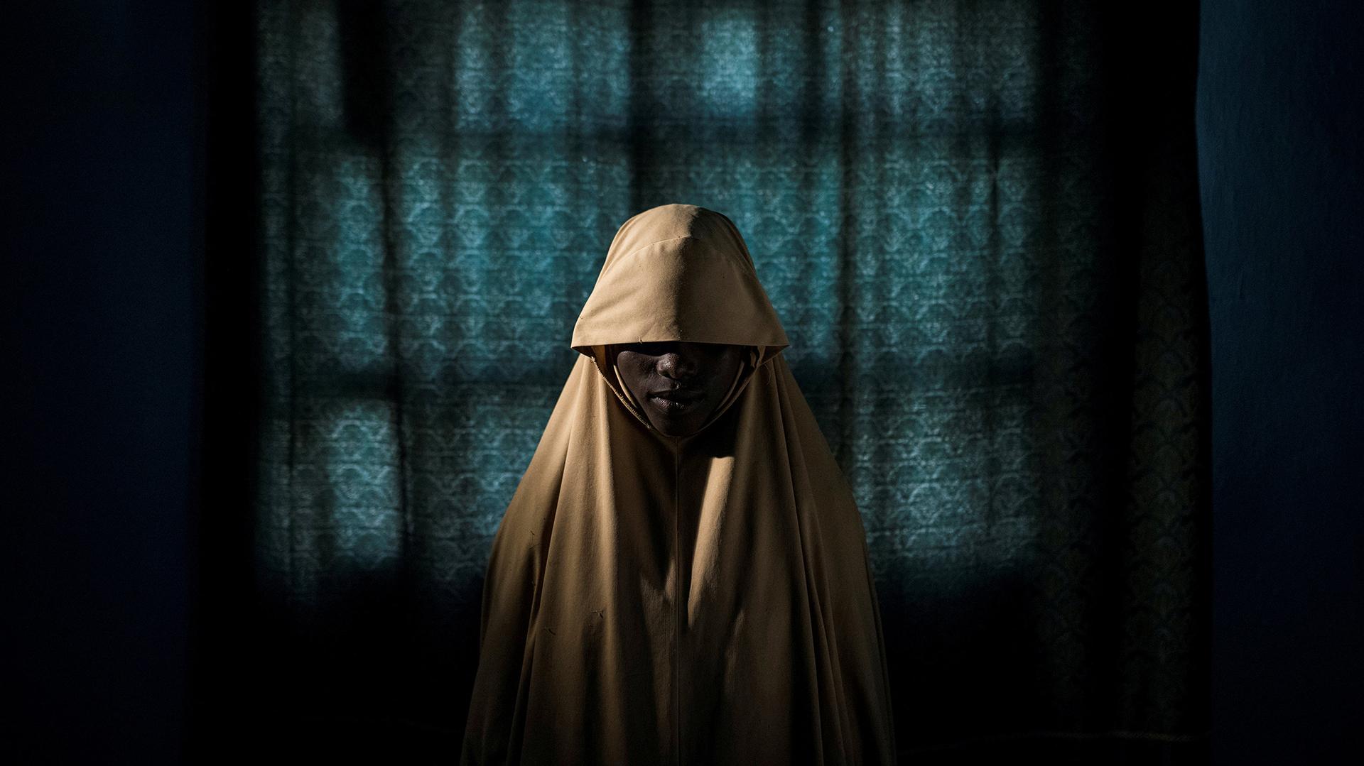 Boko Haram Strapped Suicide Bombs To Them. Somehow These Teenage Girls Survived – Boko Haram les ató bombas suicidas. De alguna manera estas adolescentes sobrevivieron: foto nominada para la Foto del Año y para la categoría Gente-Sencillos en el concurso de fotografía World Press. Aisha (14) posa para un retrato en Maiduguri, estado de Borno, Nigeria. Después de ser secuestrada por Boko Haram, Aisha fue asignada a una misión de bombardeo suicida, pero logró escapar y encontrar ayuda en lugar de detonar las bombas. (Adam Ferguson, Australia)