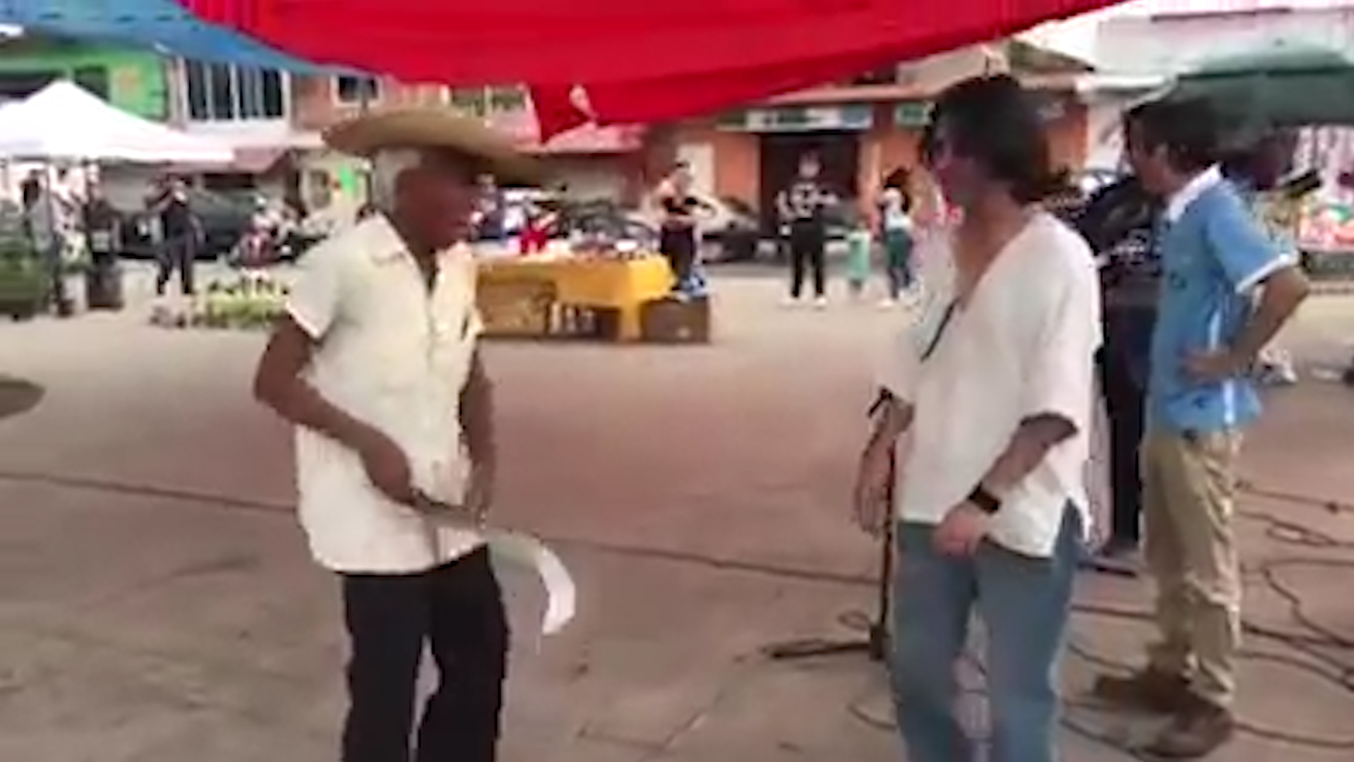 Anciano amenaza con machete a jovenes rockeros en Mexico