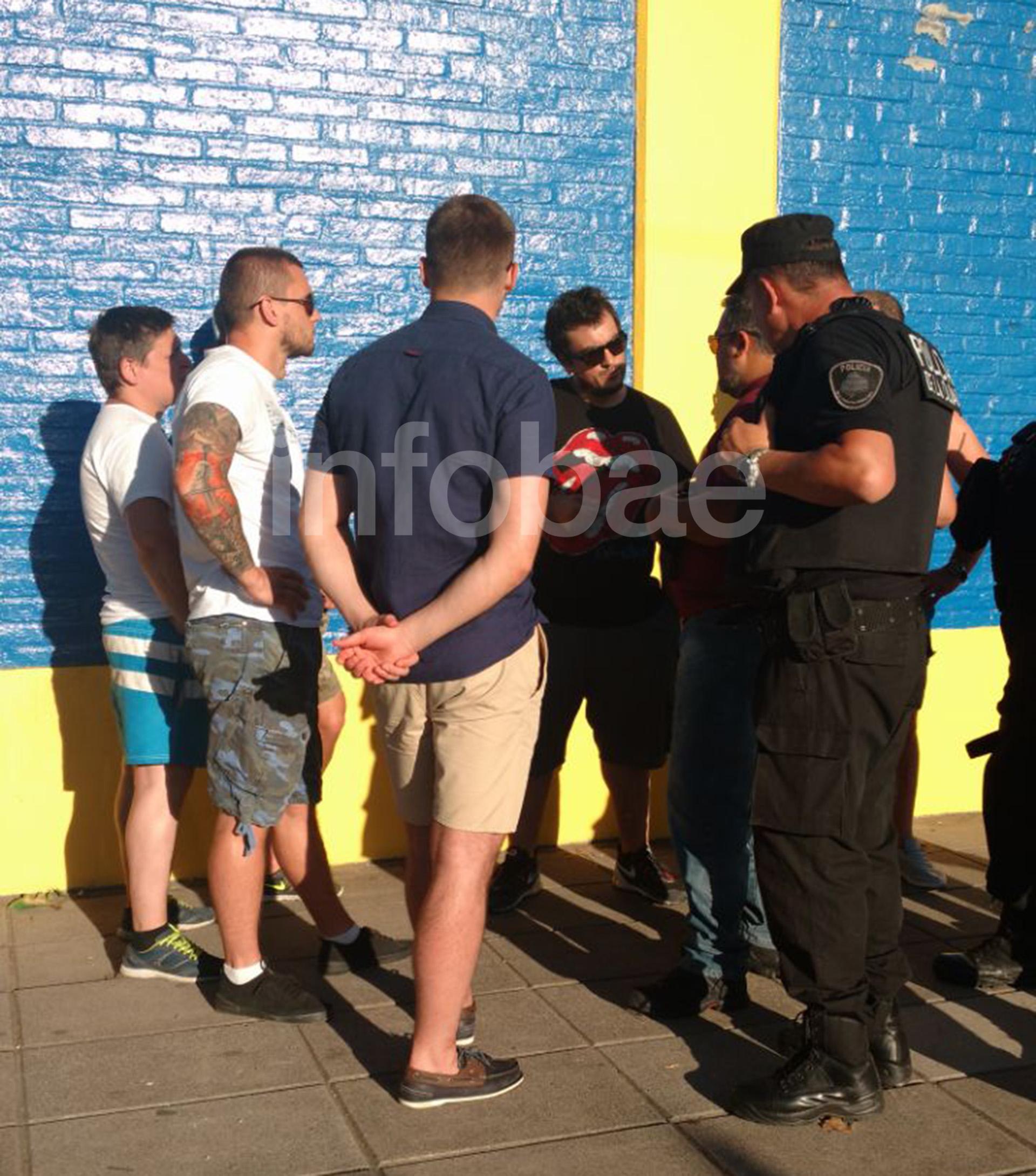 Los hinchas rusos fueron a La Bombonera con carnets que les entregaron los barras. La policía se dio cuenta de que no eran socios y como no tenían identificaciones terminaron con una causa contravencional en la fiscalía de la Ciudad