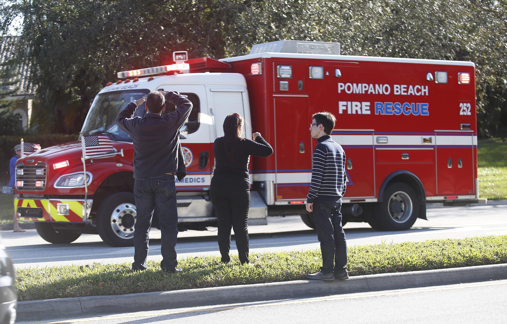 Un camión de bomberos en las afueras de la escuela. (AP)
