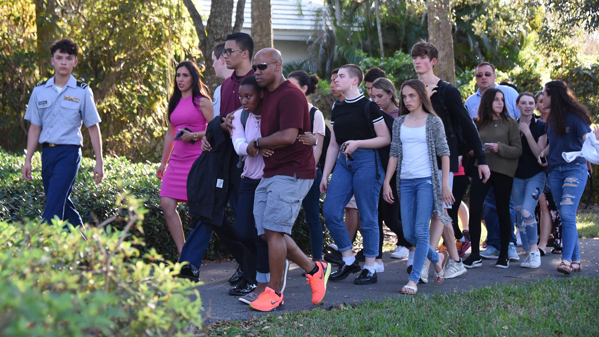 Varios estudiantes son escoltados a una zona segura luego del incidente. (AFP)