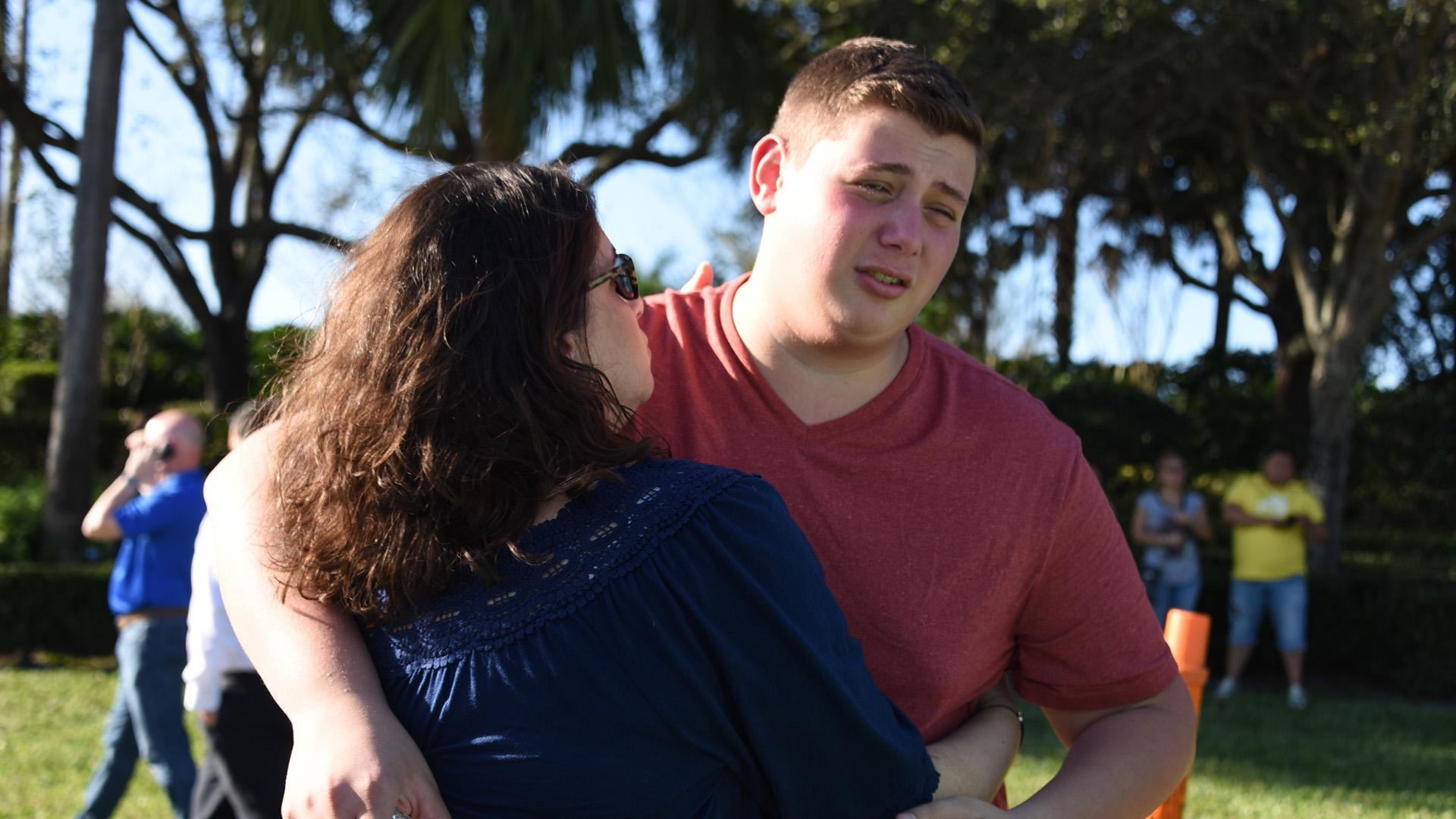 Una madre consuela a su hijo tras el ataque. (AFP)