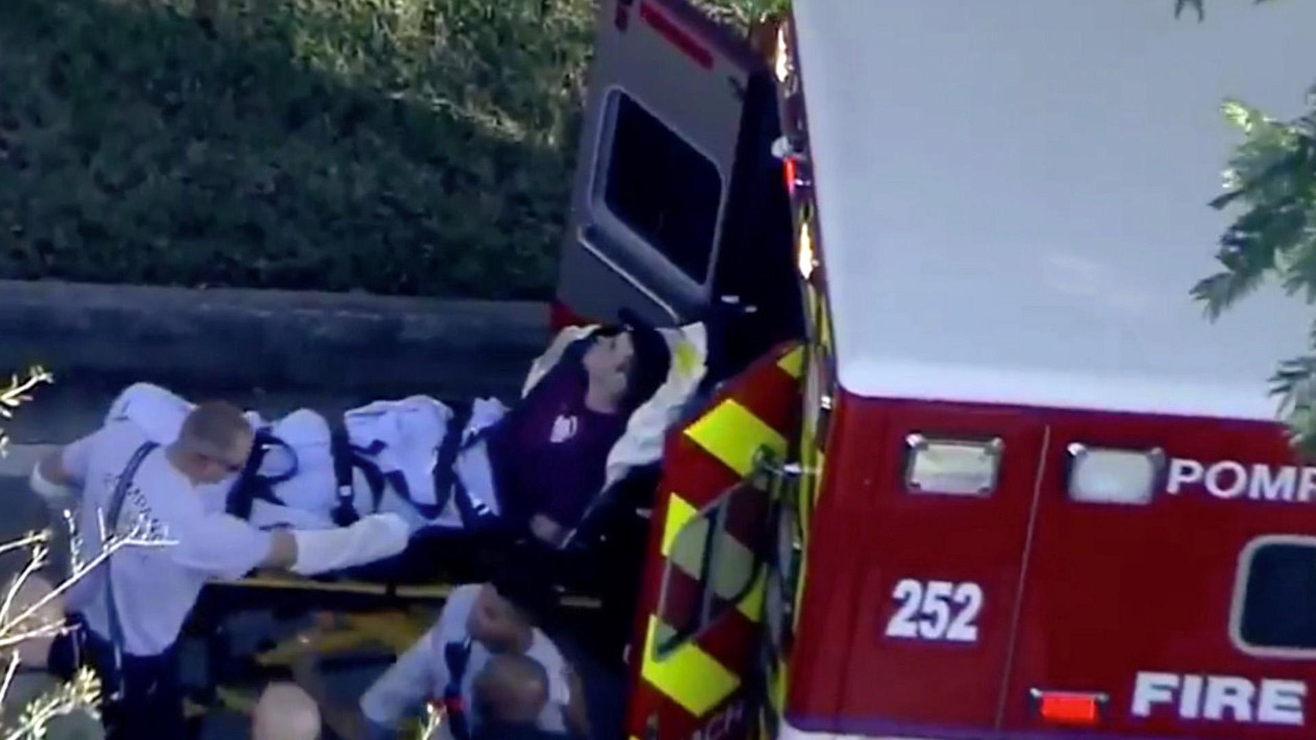 Una víctima de la masacre es trasladado al hospital en un camión de bomberos. (Reuters)