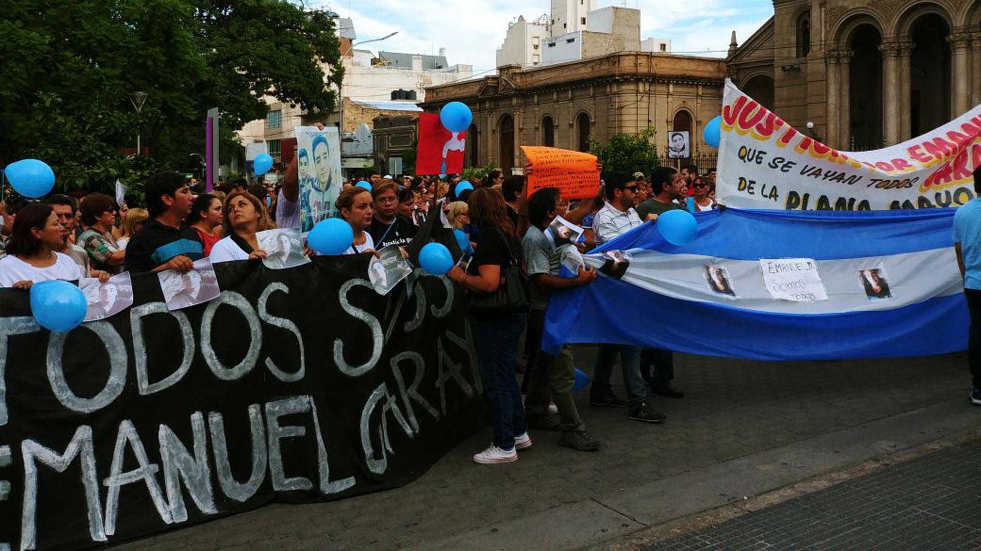 Cientos de personas marcharon para pedir justicia por la muerte del cadete (Fotos: El Independiente)