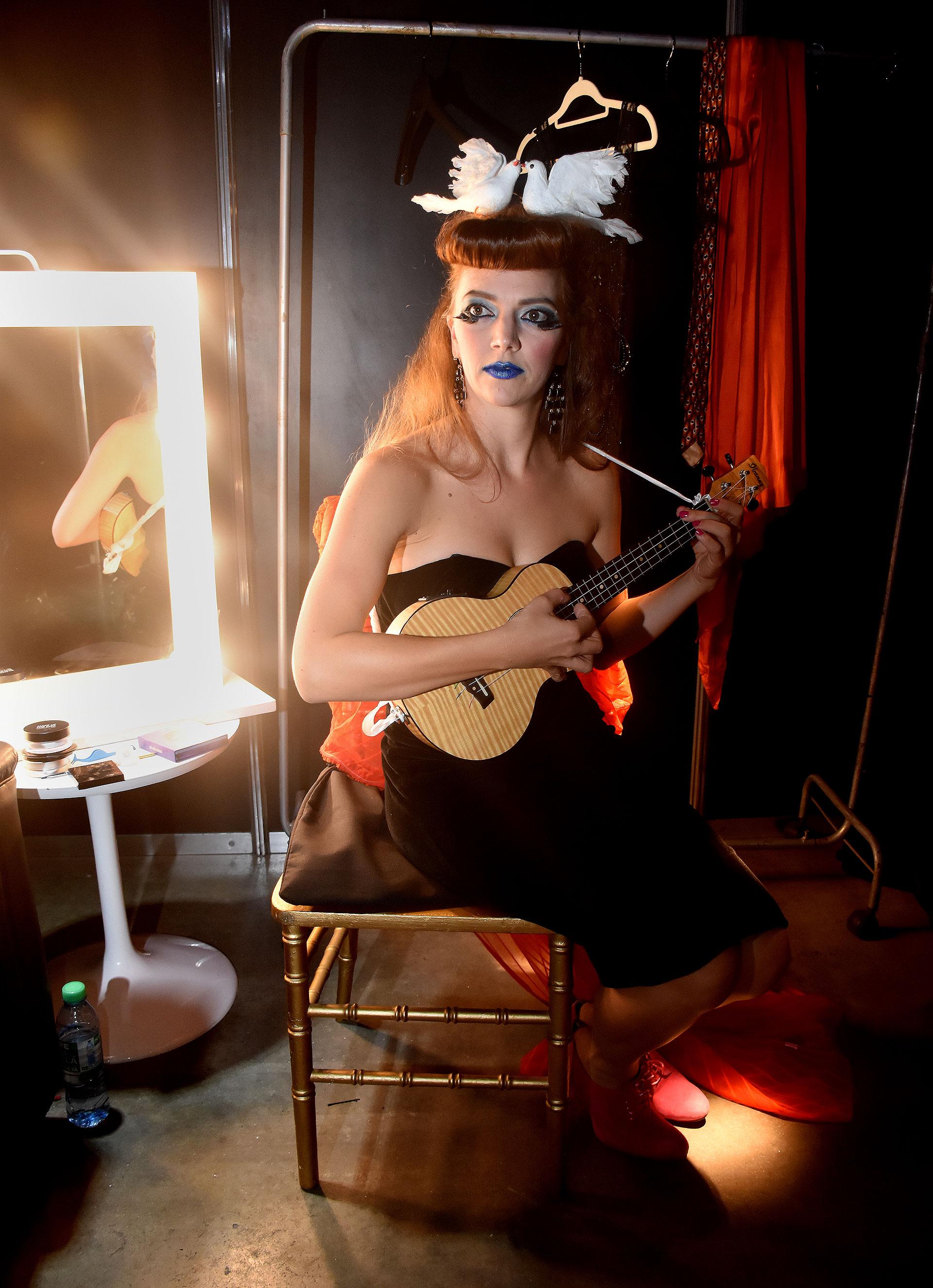 Jenny Moule recibió a Infobae en su camarín antes del opening de Rod Stewart y contó que Damsel Talk presentará su primer EP, Fe Fi Fo Fum, armado con el guitarrista argentino Damien Poots. El mismo combina los géneros de folk, jazz, dream pop, narración teatral e influencias de indie y soul