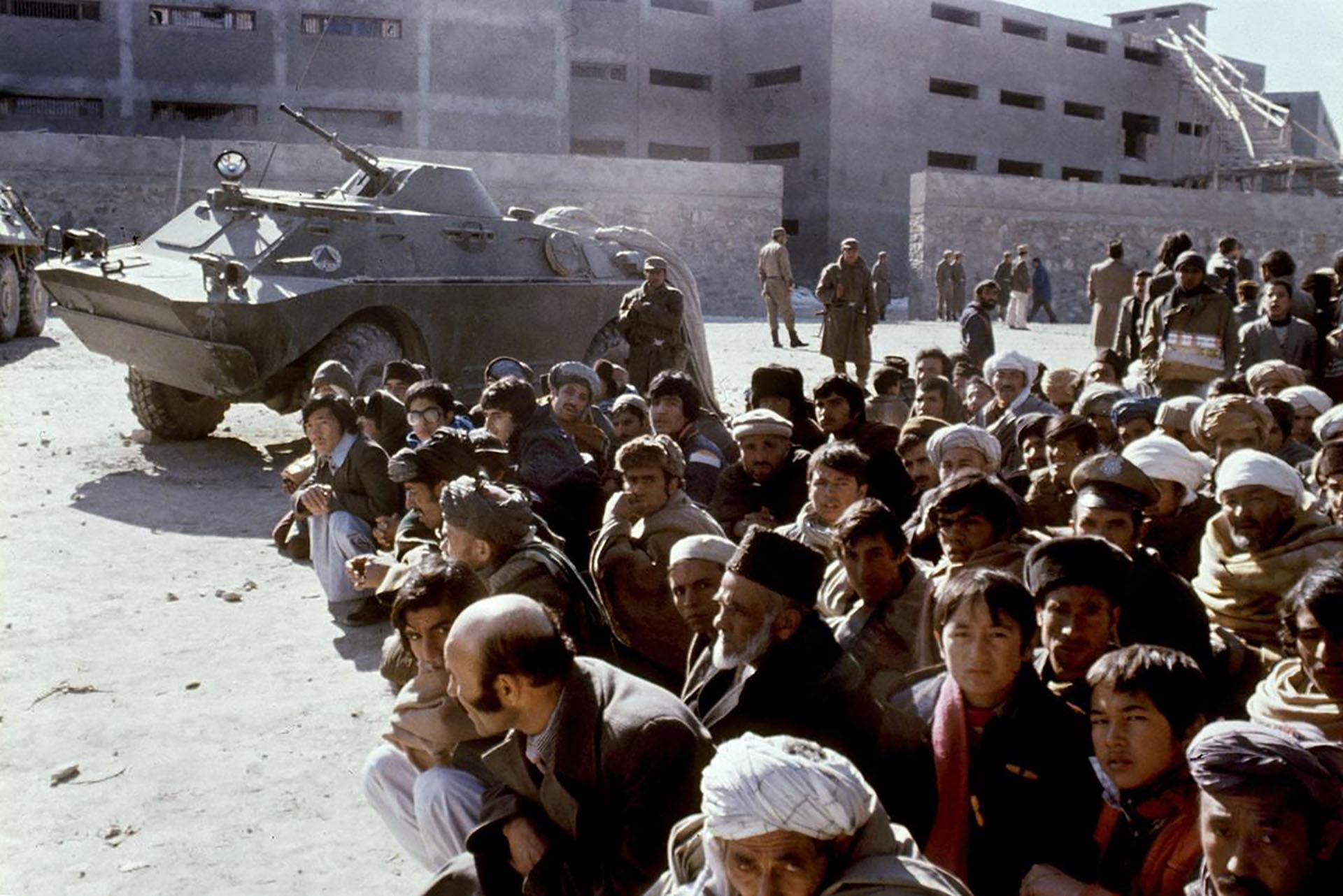 Afganos en la cárcel de Pulicharkhi para prisioneros políticos, en Kabul, en enero de 1980 poco después de la llegada al poder de Babrak Karmal