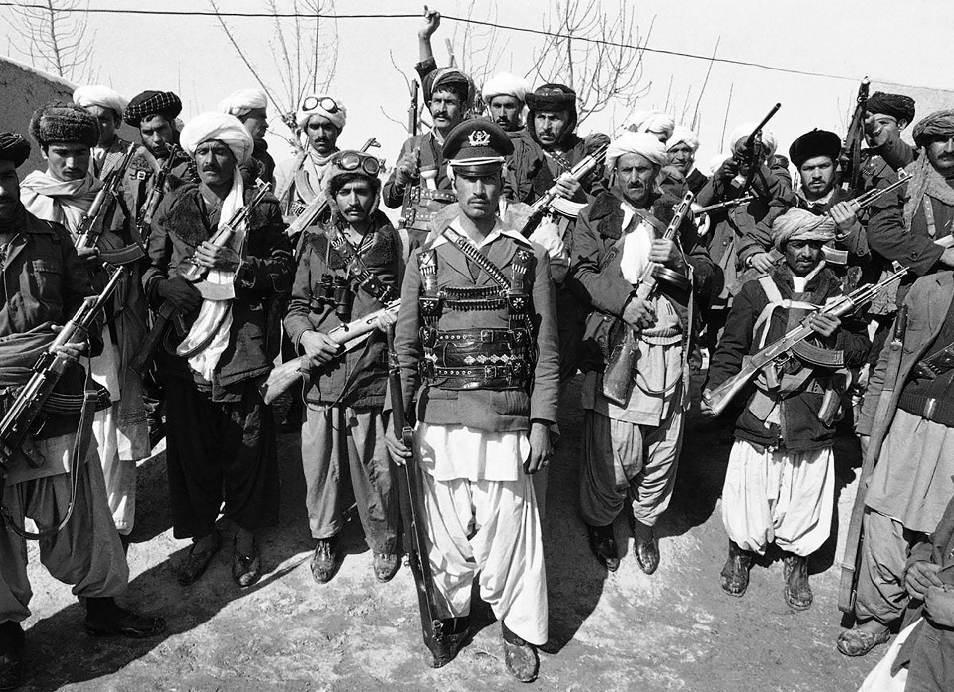 Un grupo de muyahidines en la ciudad de Herat en 1980. En primer plano figura un ex capitán delejército afgano que desertó para luchar contra los soviéticos