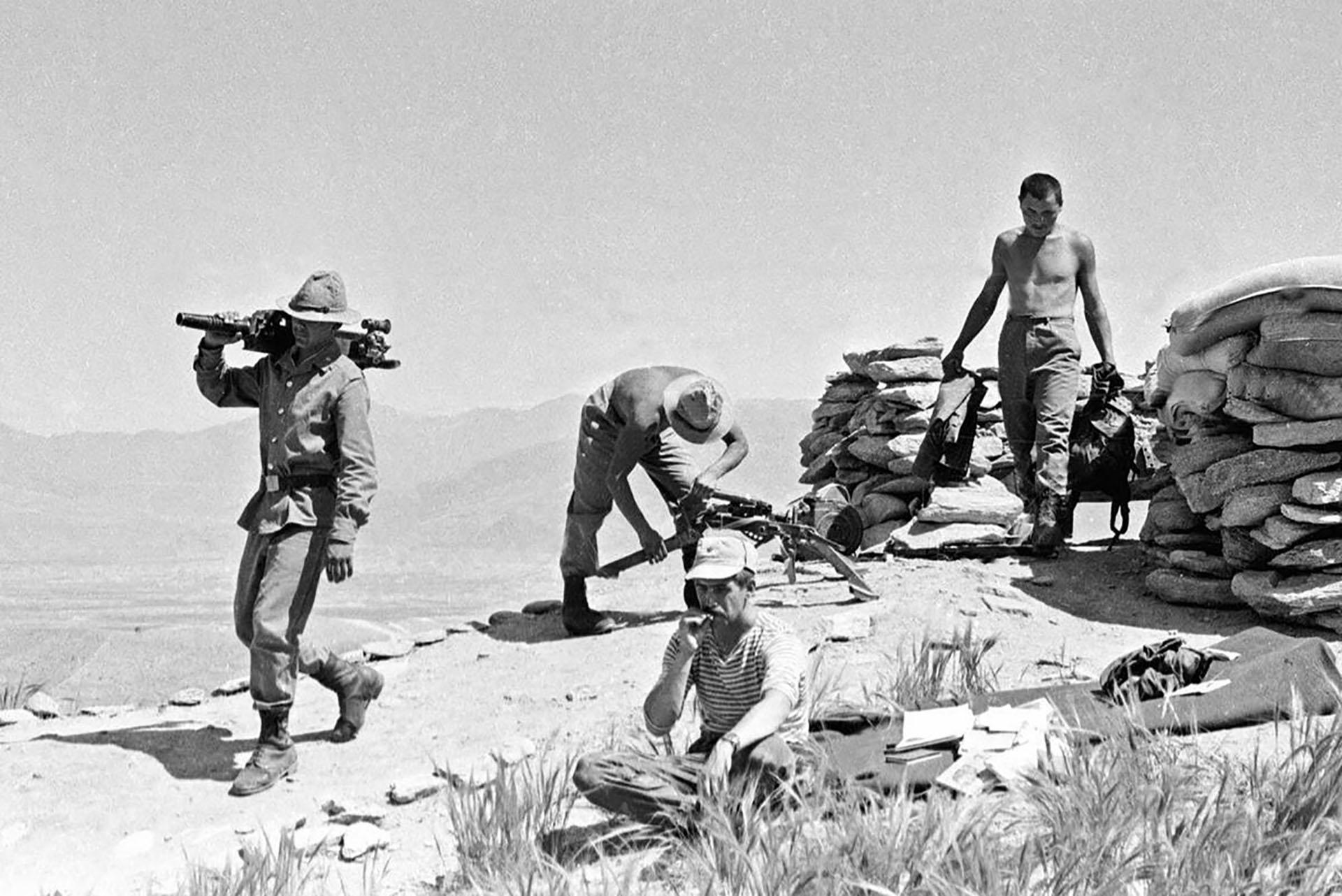 Soldados soviéticos se preparan para cambiar de posición en 1988 (AP)