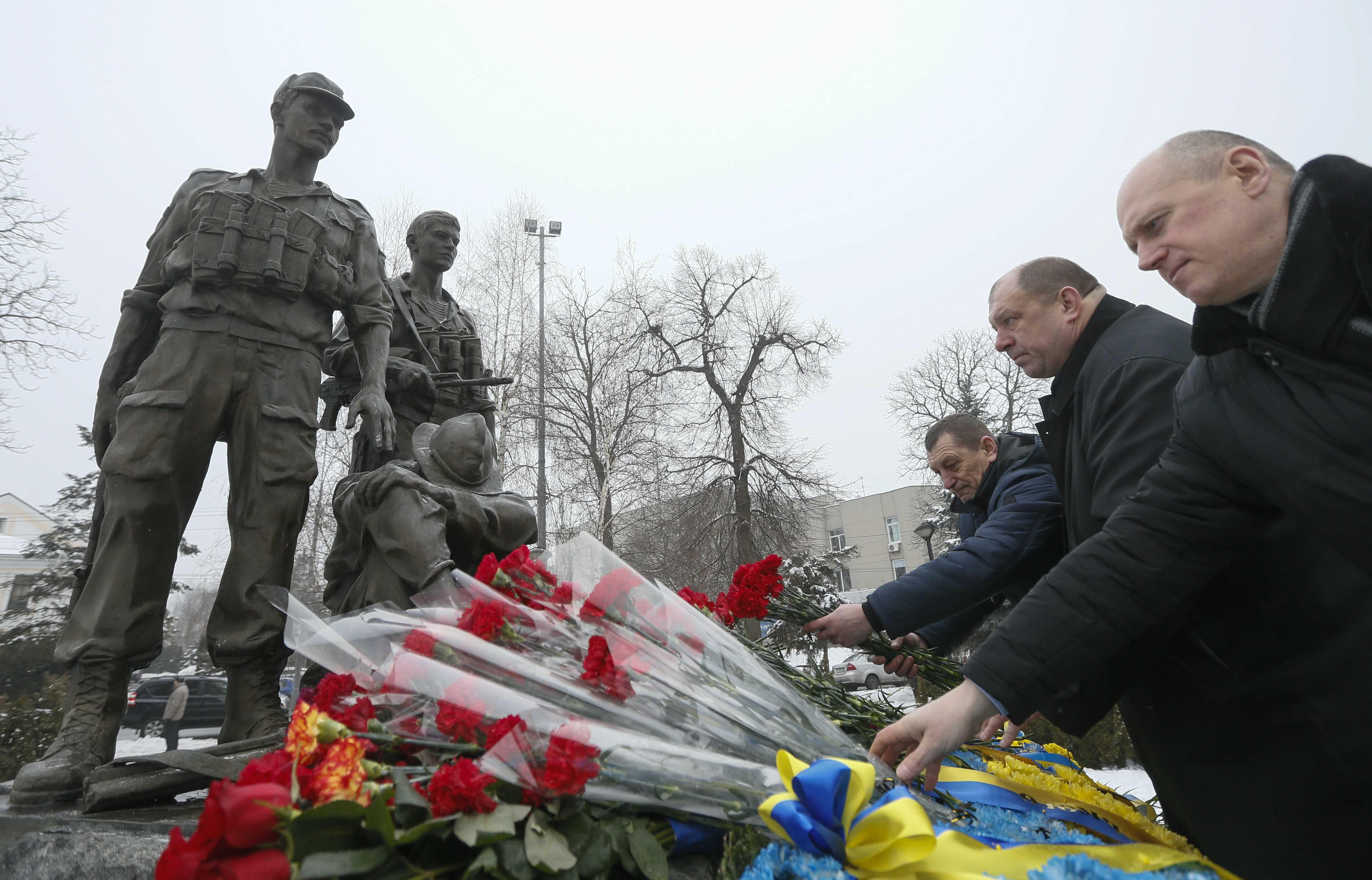 Veteranos del conflicto y familiares colocan flores en el monumento a los soldados soviéticos caídos en la guerra, el 15 de febrero de 2018 en Kiev, Ucrania