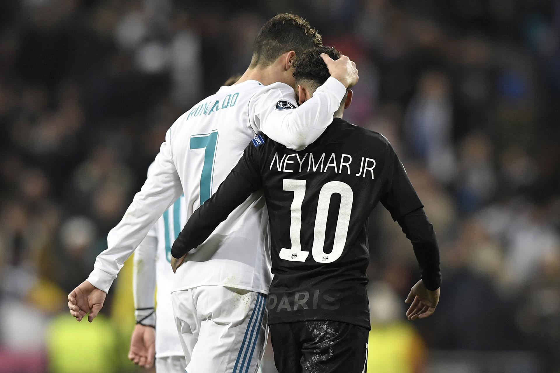 Cristiano Ronaldo y Neymar abrazados en el Santiago Bernabéu(AFP)